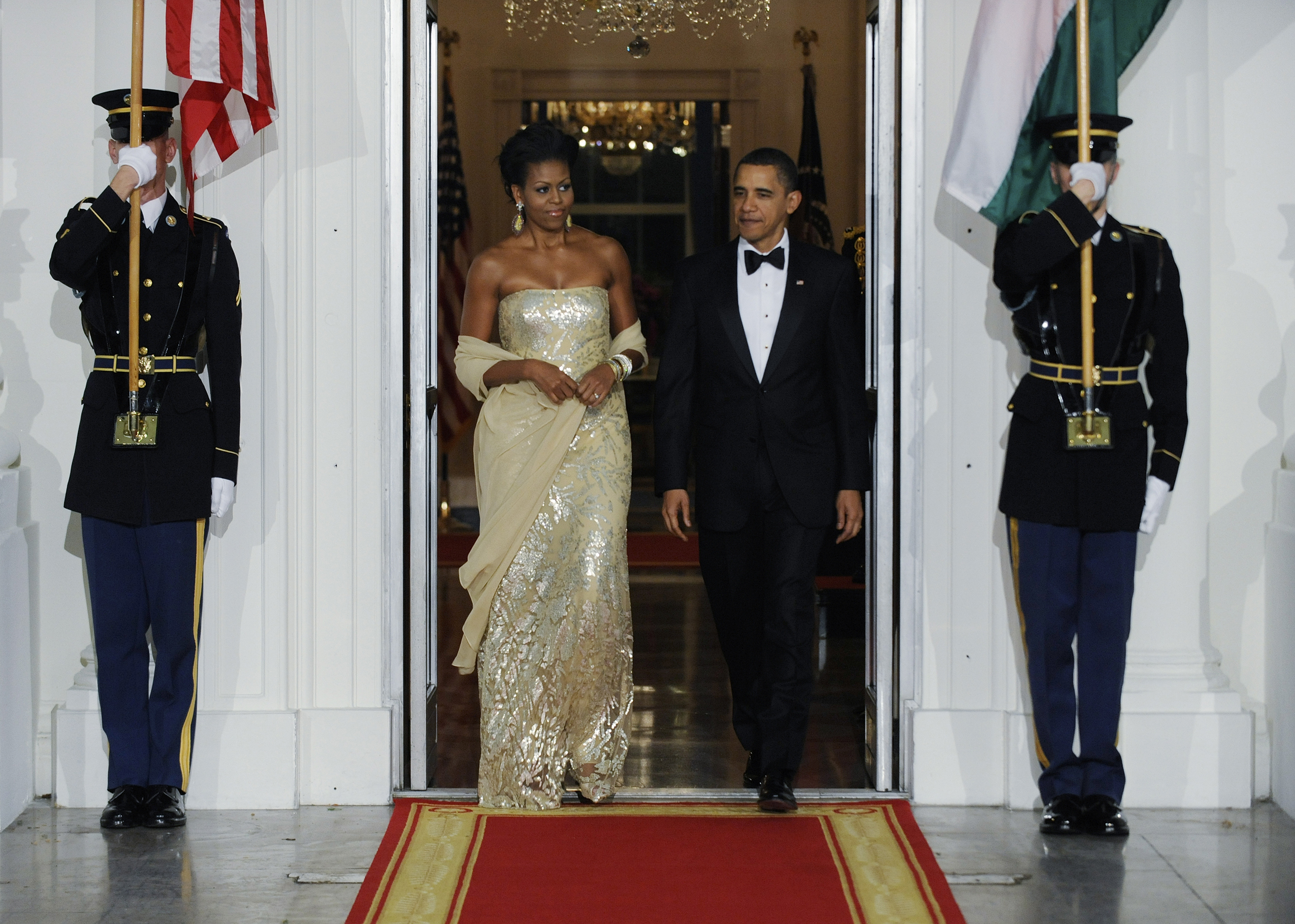 Barack Obama and  Michelle Obama walk out to the North Portico to welcome India's Prime Minister Manmohan Singh and his wife Gursharan Kaur to the state dinner at the White House in Washington, D.C., on Nov. 24, 2009.