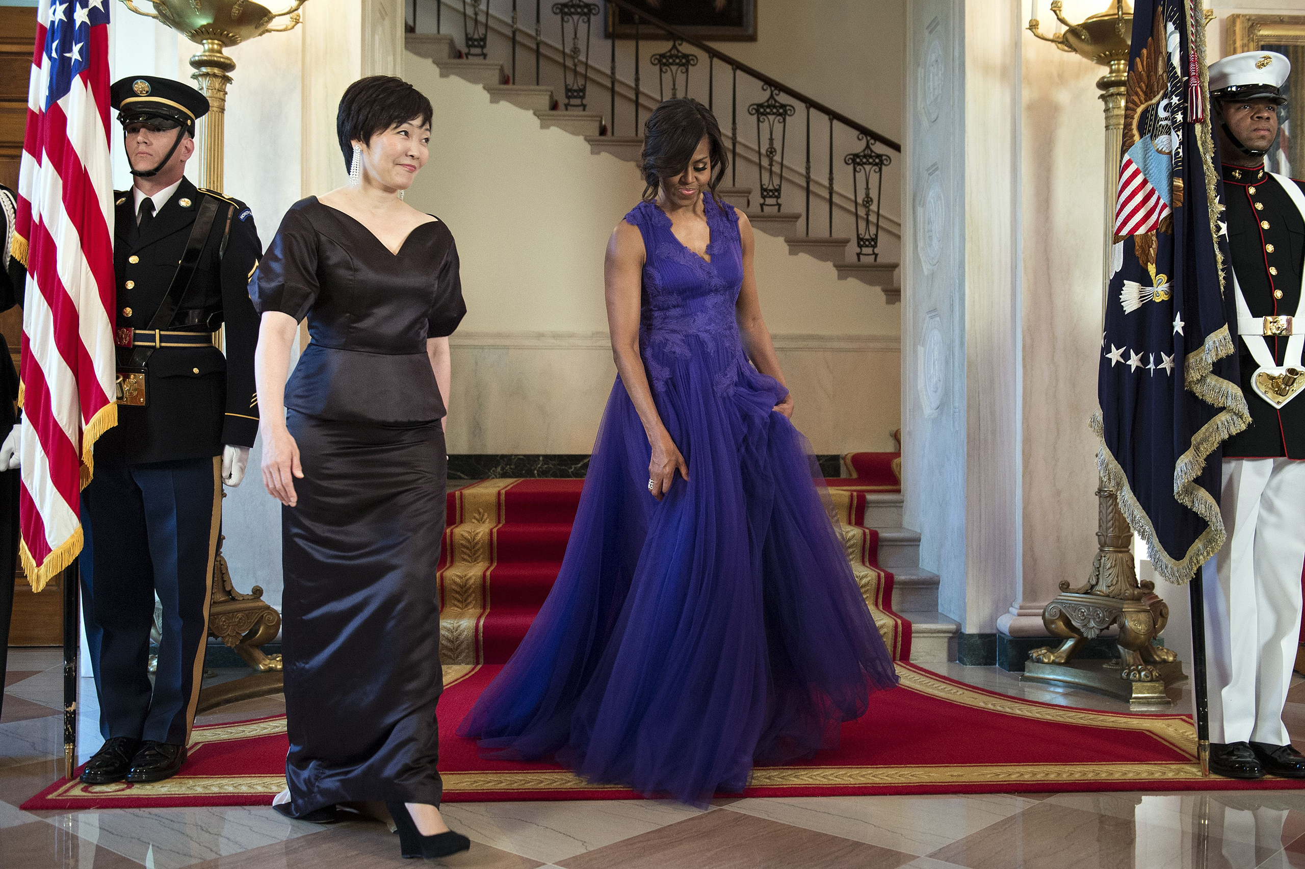 Akie Abe (L) and Michelle Obama walk to a state dinner in the White House in Washington, D.C., on April 28, 2015.