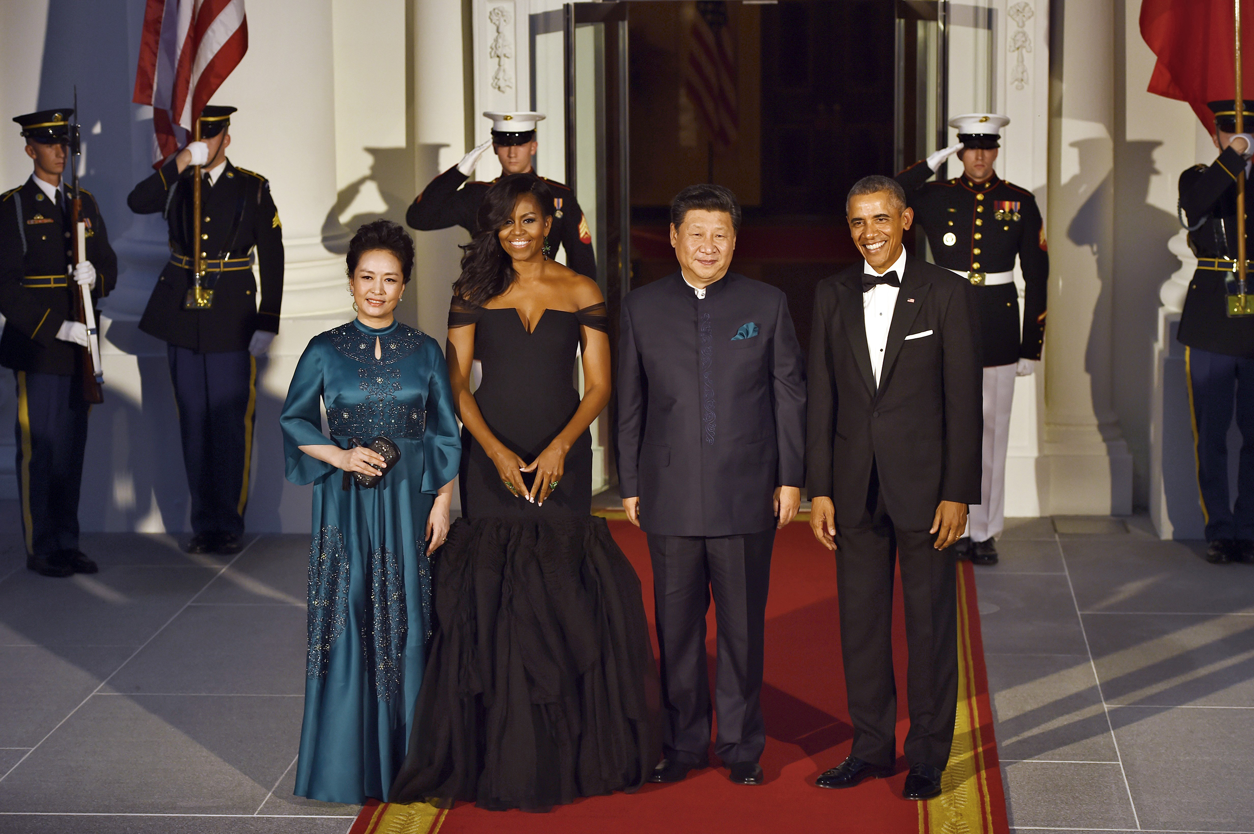 Barack Obama (R) and Michelle Obama (2nd-L) welcome Chinese President Xi Jinping (2nd-R) and his wife  Peng Liyuan (L) to the White House in Washington, D.C., on Sept. 25, 2015.