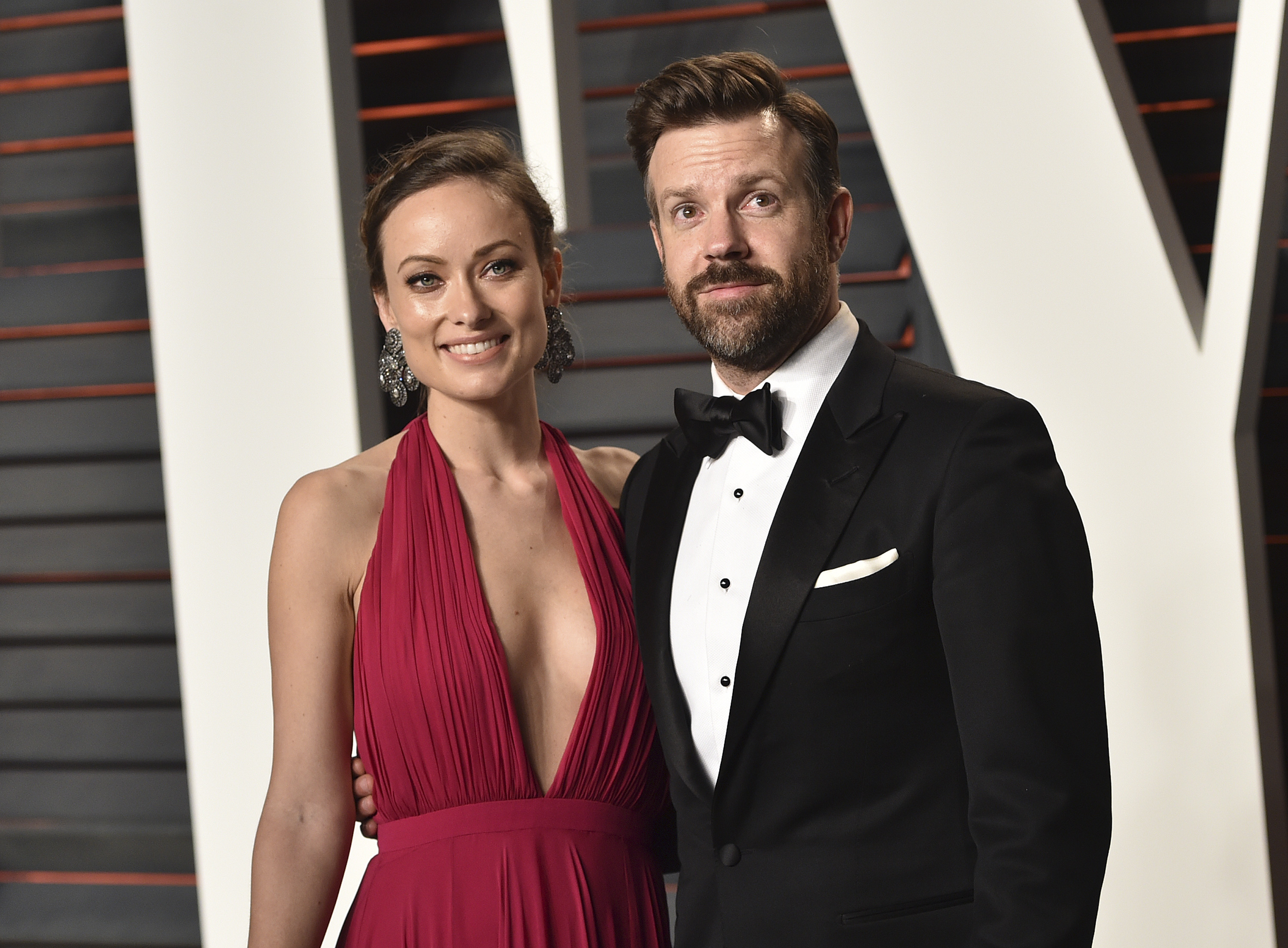 Actress Olivia Wilde (L) and actor Jason Sudeikis arrive at the 2016 Vanity Fair Oscar Party Hosted By Graydon Carter at Wallis Annenberg Center for the Performing Arts on February 28, 2016 in Beverly Hills, California.