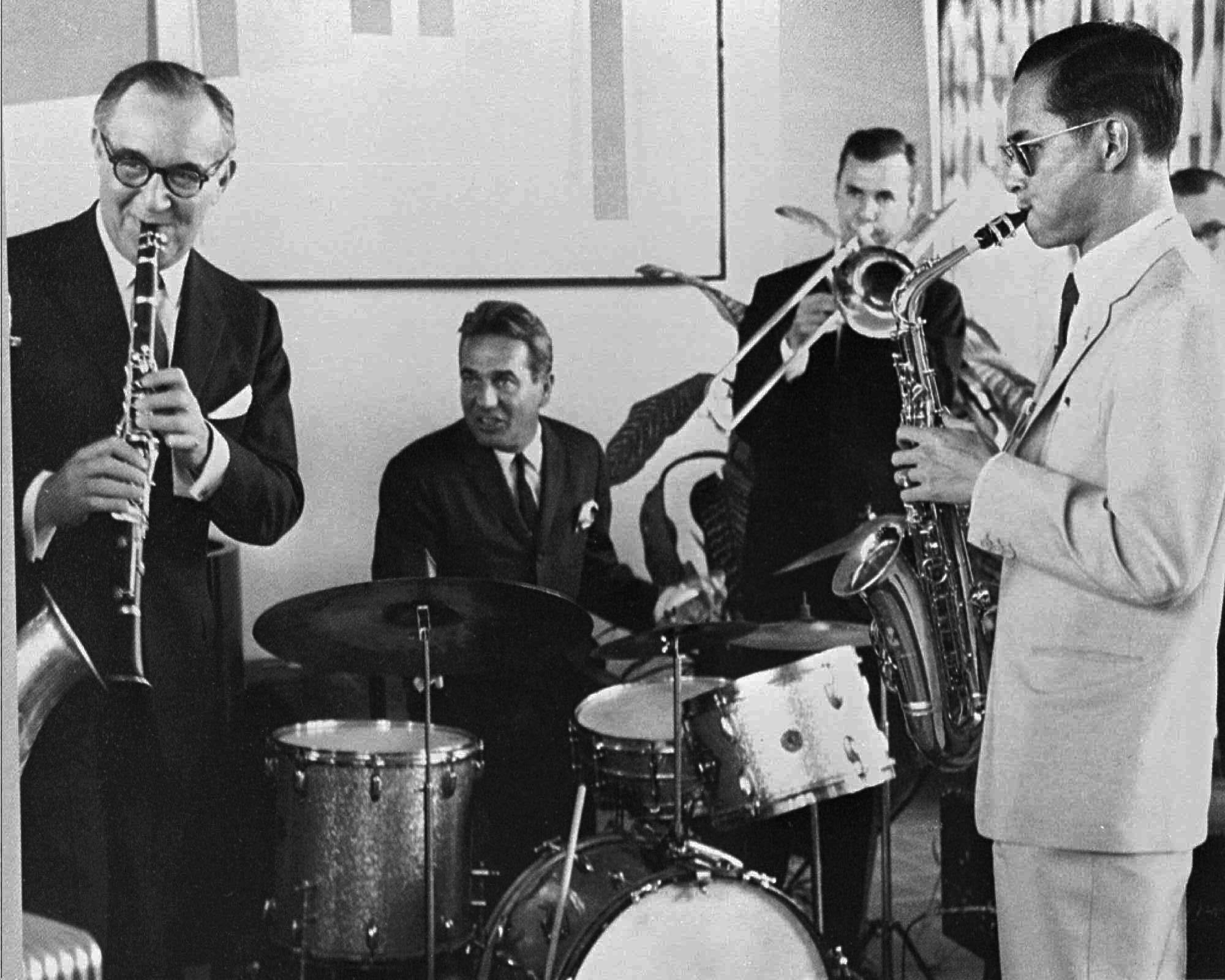 King Bhumibol Adulyadej, far right, plays the saxophone during a jam session with legendary jazz clarinetist Benny Goodman, far left, and his band in New York on July 5, 1960