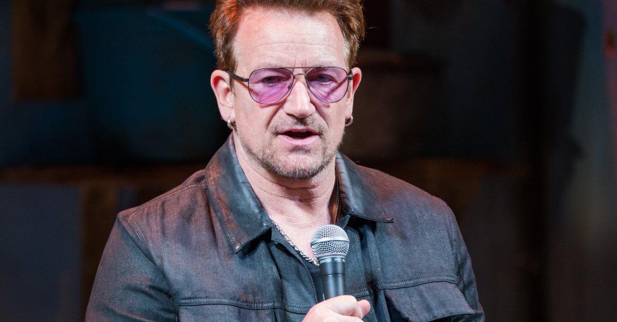 Bono usando un Shure SM58