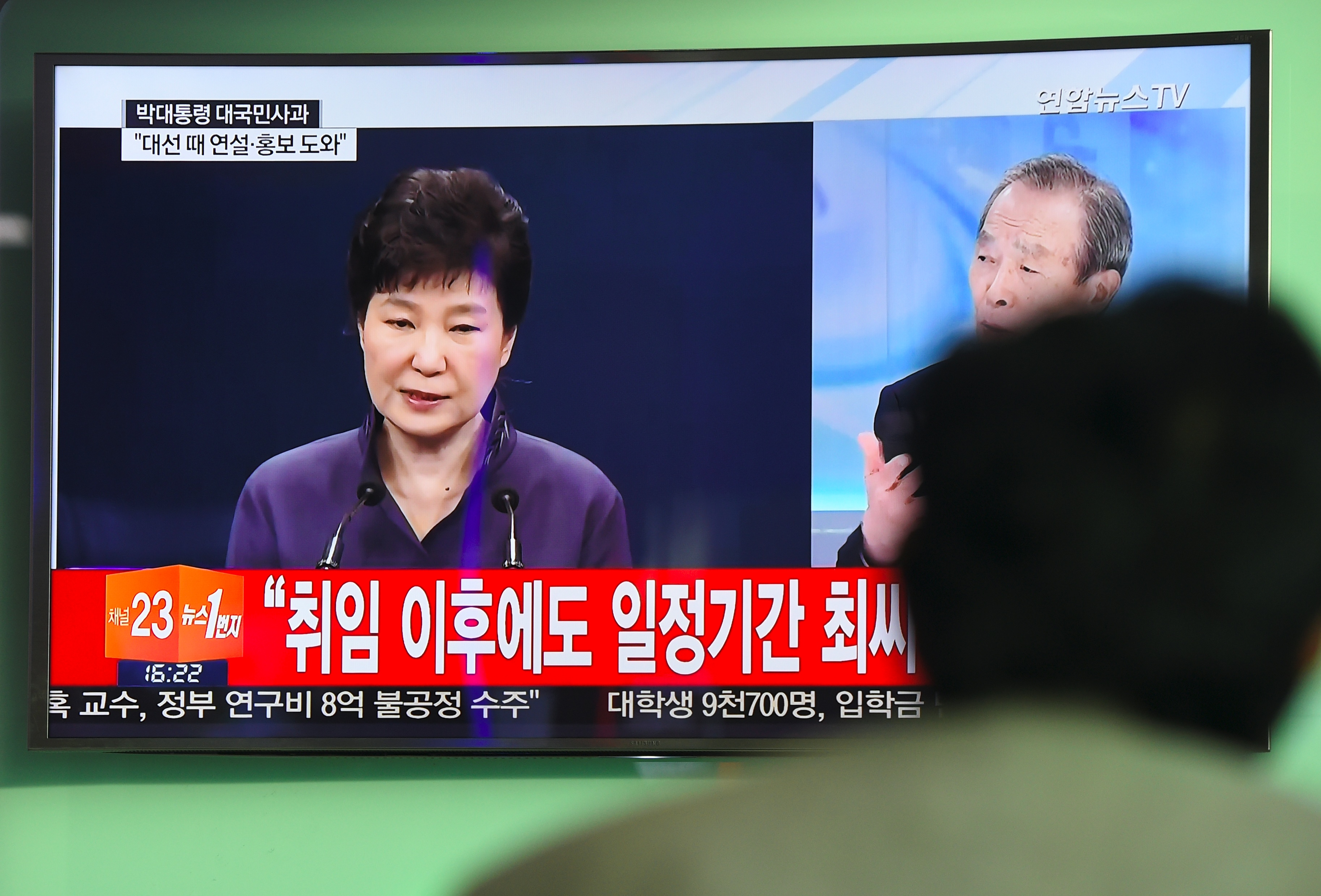 A man at a railway station in Seoul watches a television news report showing South Korean President Park Geun-hye making a public apology on Oct. 25, 2016