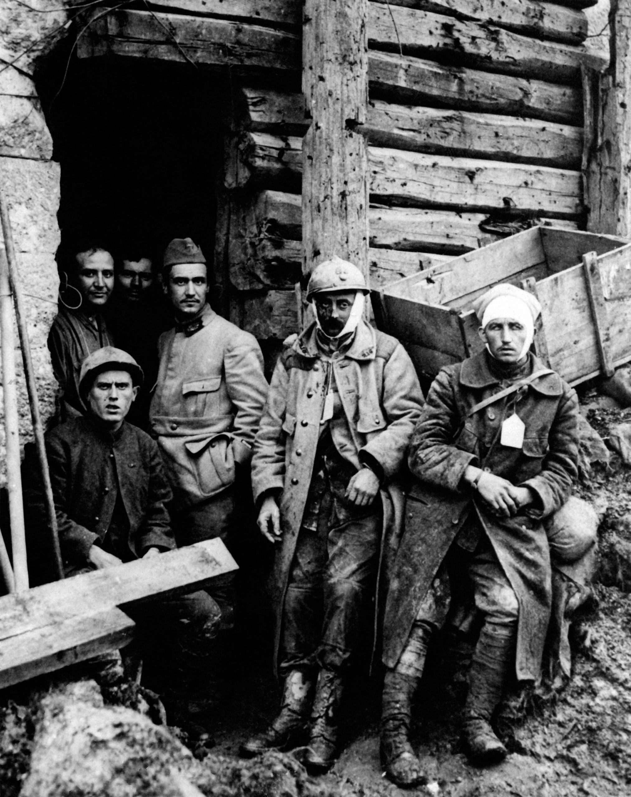 A group of French wounded soldiers waiting to be evacuated from the fort of Tavannes after the first dressings. Battle of Verdun, 1916.