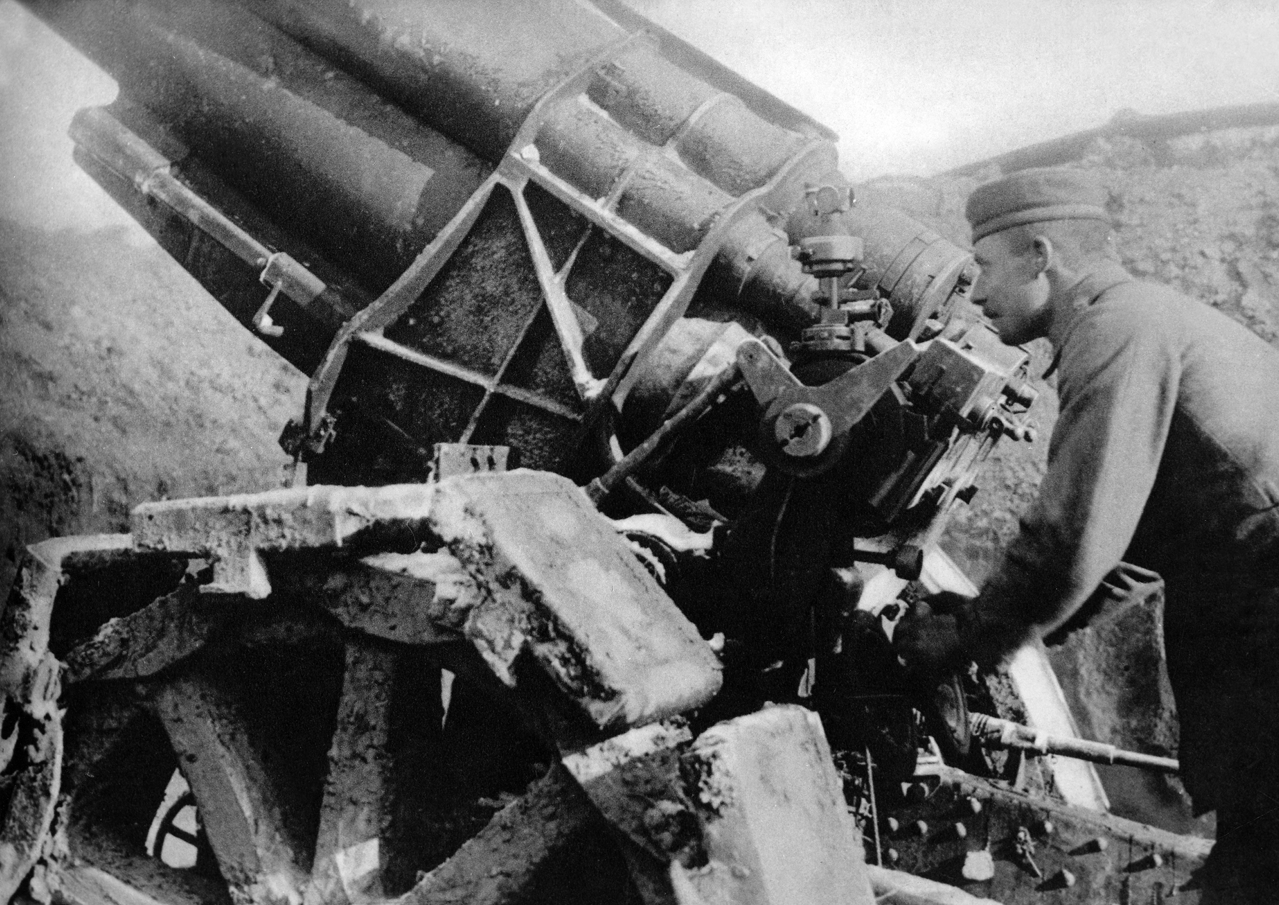German heavy artillery. Cannon with gunner. Battle of Verdun, 1916.