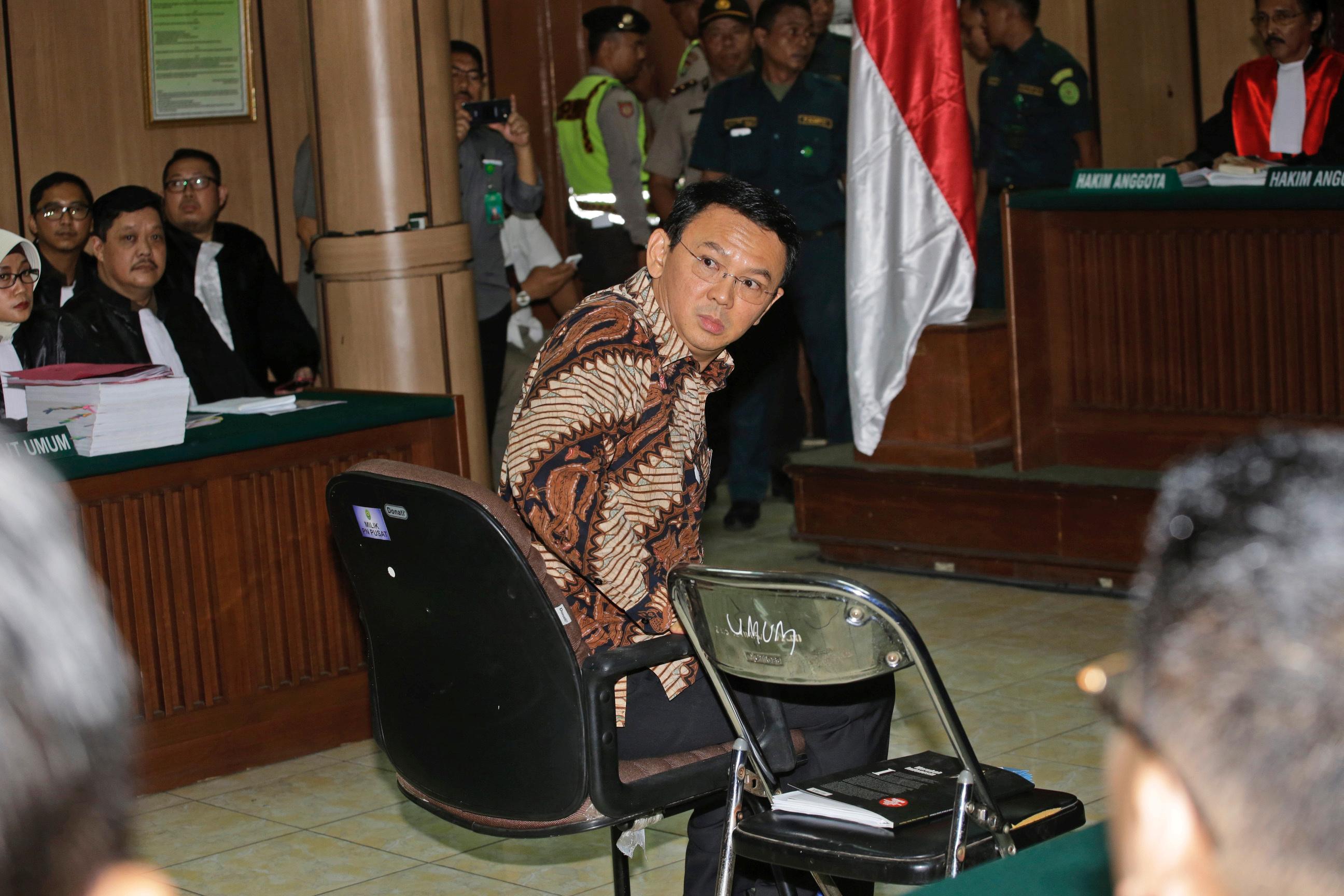 Gubernur Jakarta Basuki Tjahaja Purnama, lebih dikenal sebagai  Ahok , duduk di kursi terpidana saat sidang kasus penistaan agama mulai di Pengadilan Negeri Jakarta Utara, di Jakarta, pada tanggal 13 Desember 2016