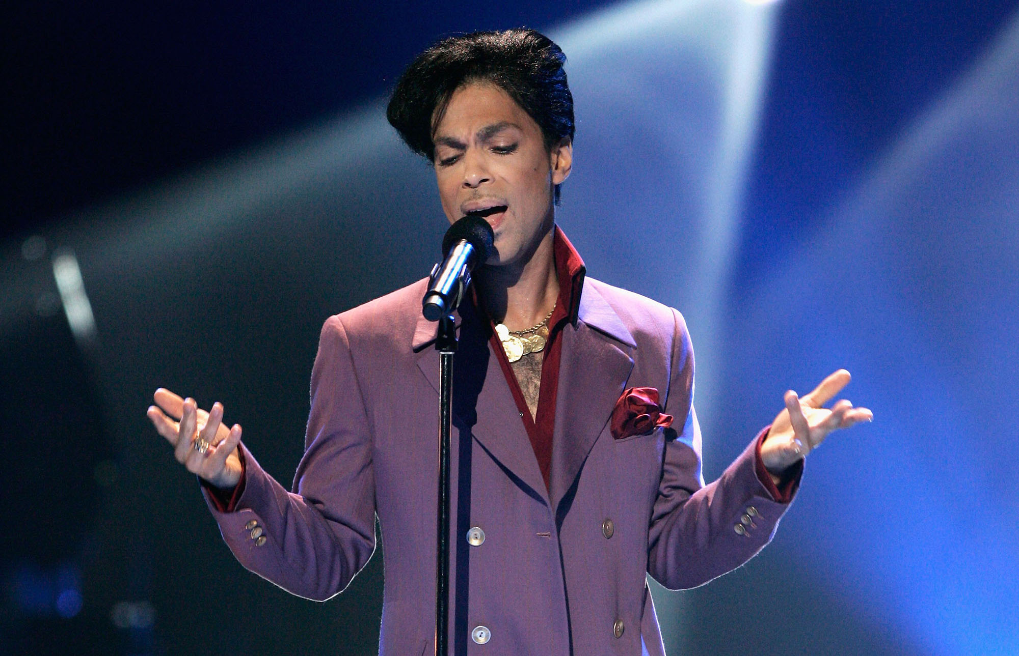 Prince performs onstage during the American Idol Season 5 Finale on May 24, 2006 at the Kodak Theatre in Hollywood, California.  (Photo by Vince Bucci/Getty Images)