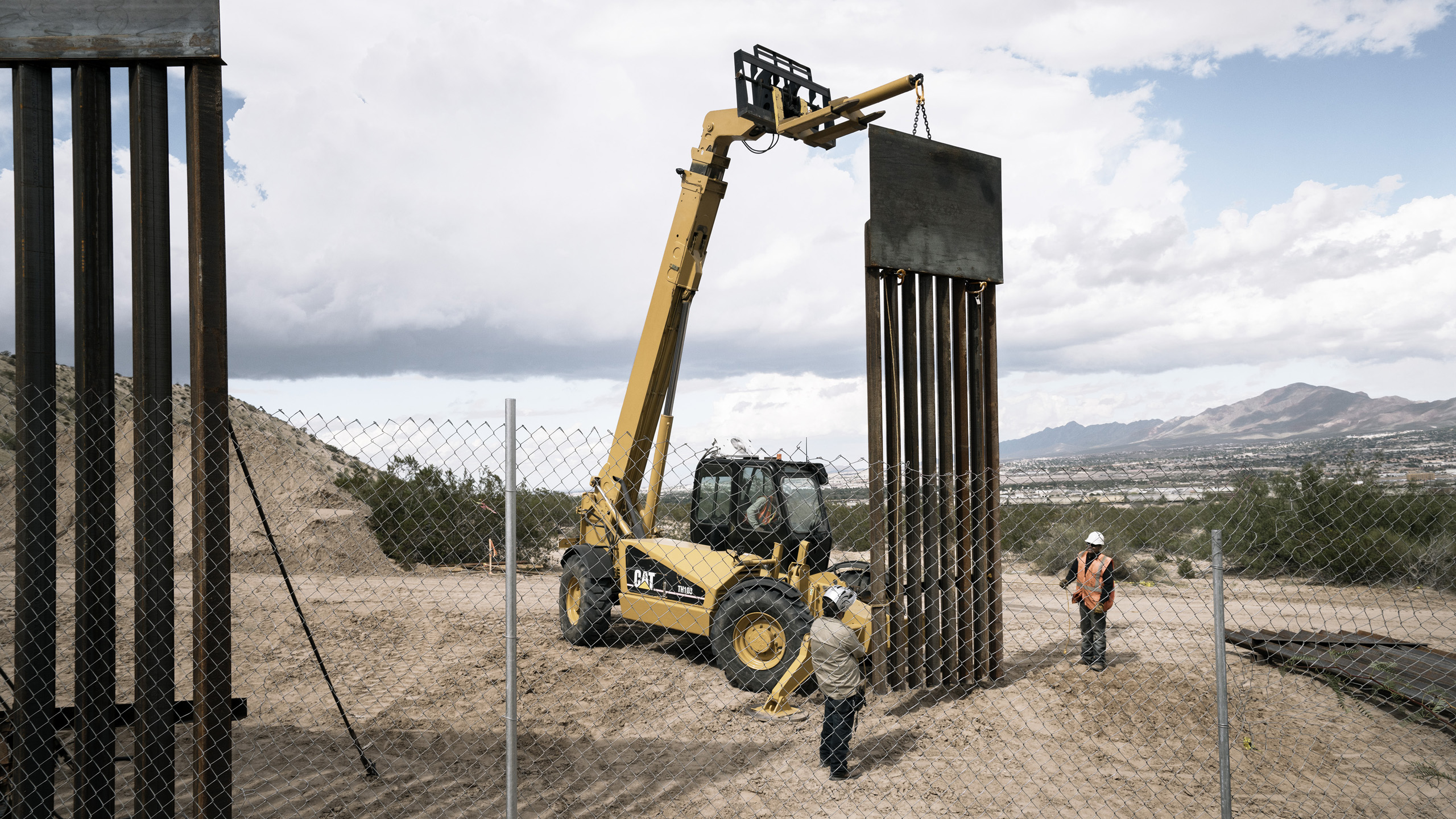 The border between Mexico and the U.S. seen from the outskirts of Ciudad de Juarez where U.S. authorities are continuing construction of the border fence between the two countries. Oct. 3, 2016.