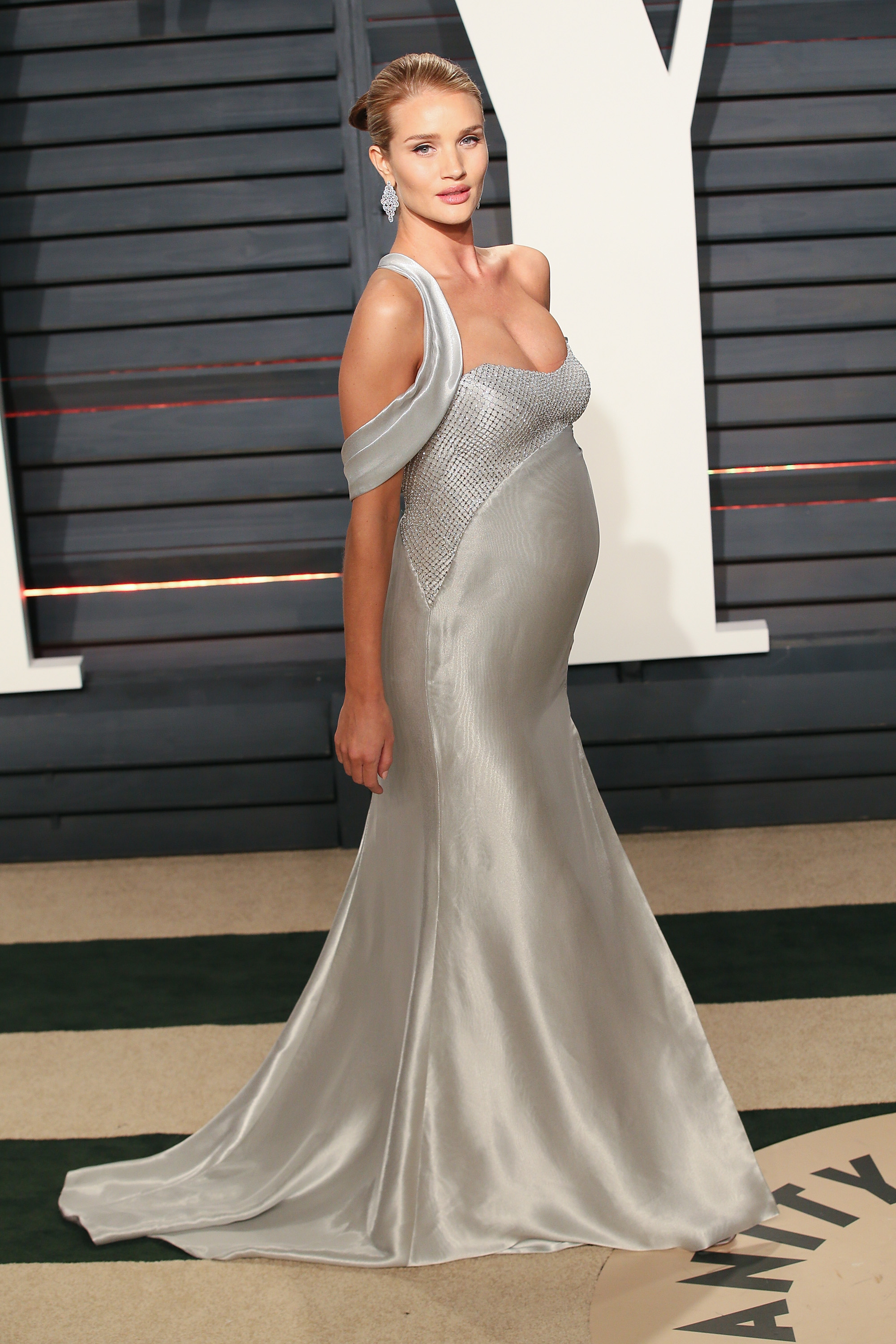 BEVERLY HILLS, CA - FEBRUARY 26: Model Rosie Huntington-Whiteley attends the 2017 Vanity Fair Oscar Party hosted by Graydon Carter at the Wallis Annenberg Center for the Performing Arts on February 26, 2017 in Beverly Hills, California. (Photo by David Livingston/Getty Images)
