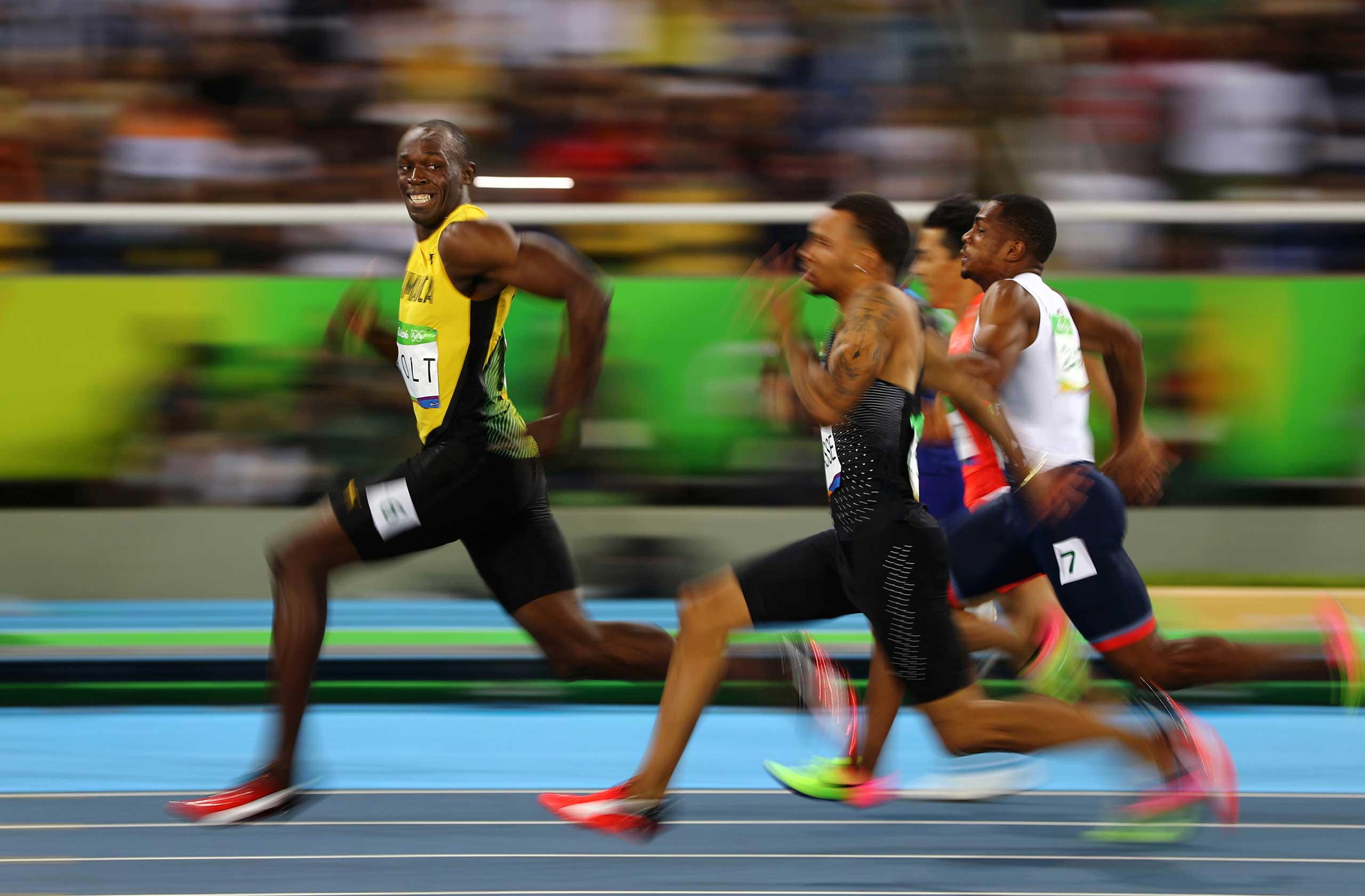 Jamaika's Usain Bolt smiles as he looks back while winning his 100m semi-final race at the Rio 2016 Olympics on Aug. 14, 2006 in Rio de Janeiro.