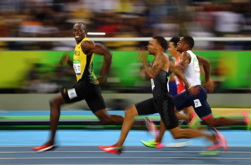 Jamaika's Usain Bolt smiles as he looks back while winning his 100m semi-final race at the Rio 2016 Olympics on August 14, 2006 in Rio de Janeiro.  REUTERS/ Kai Pfaffenbach