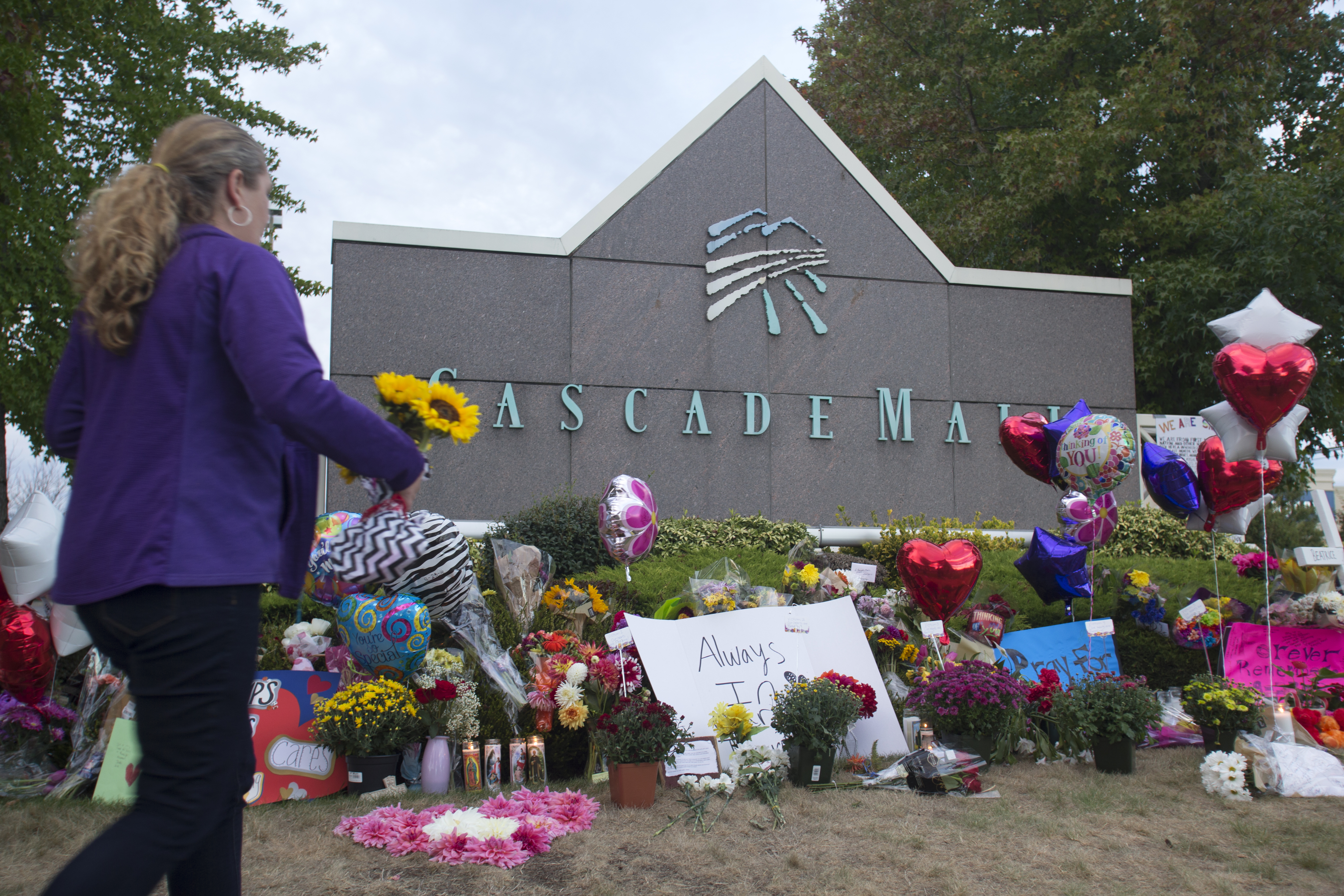 A memorial is filled with flowers, signs and candles at the Cascade Mall on September 26, 2016 in Burlington, Washington.Karen Ducey—Getty Images