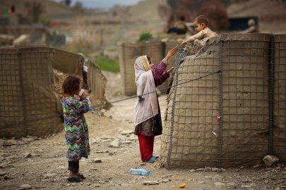 02-anja-niedringhaus-award-afghan-children-playing.
