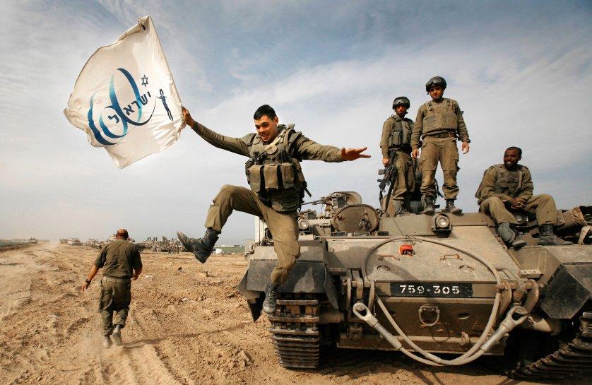 03-anja-niedringhaus-award-israeli-soldiers-tank