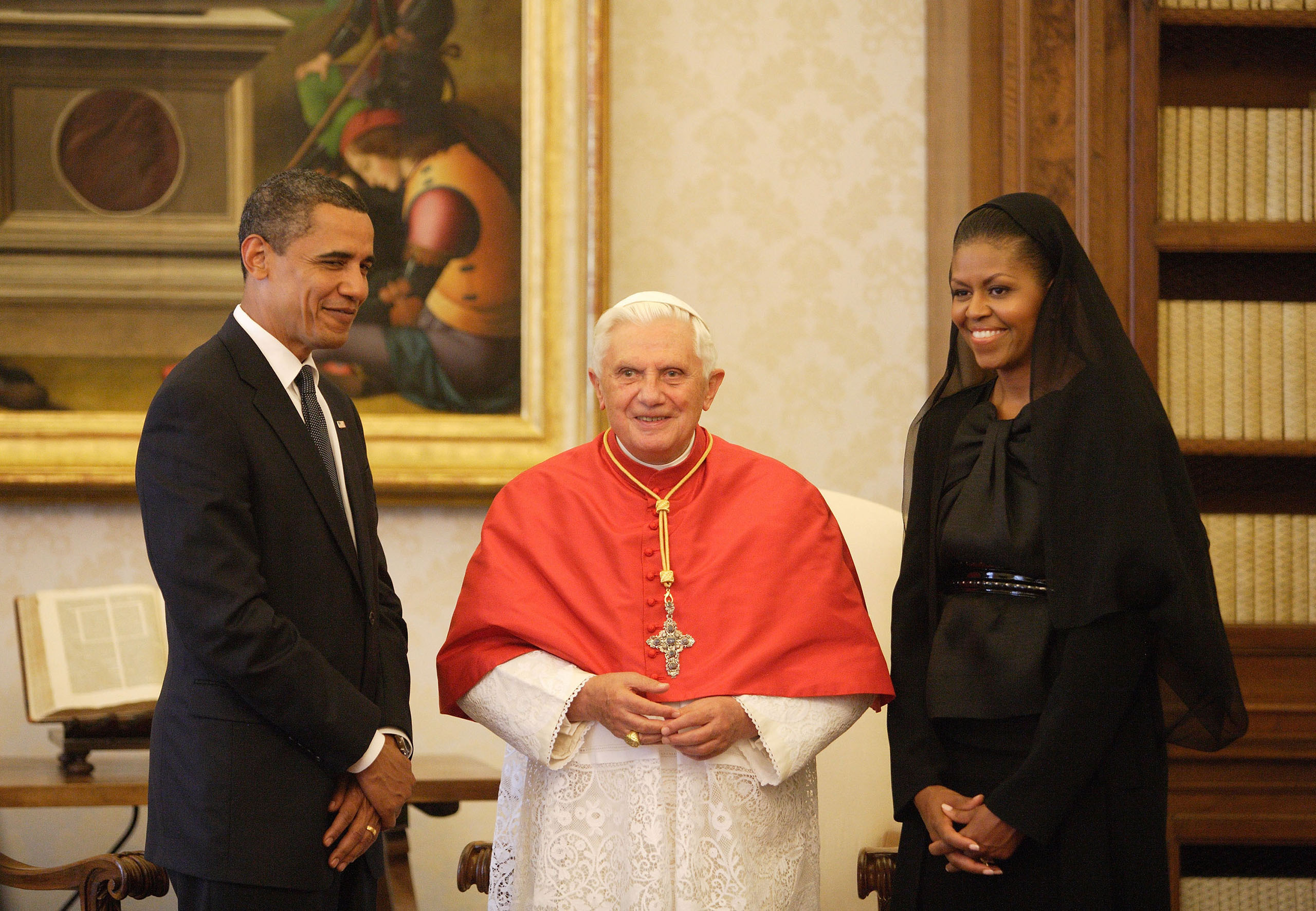 US President Barack Obama (L) and First Lady Michelle Obama meet with Pope Benedict XVI in his library at the Vatican on July 10, 2009.