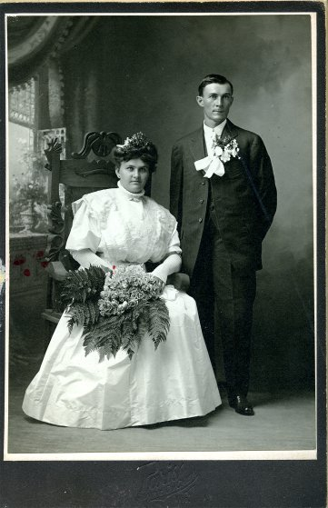 Bizarre-Wedding-couple-bouquet-seated-standing