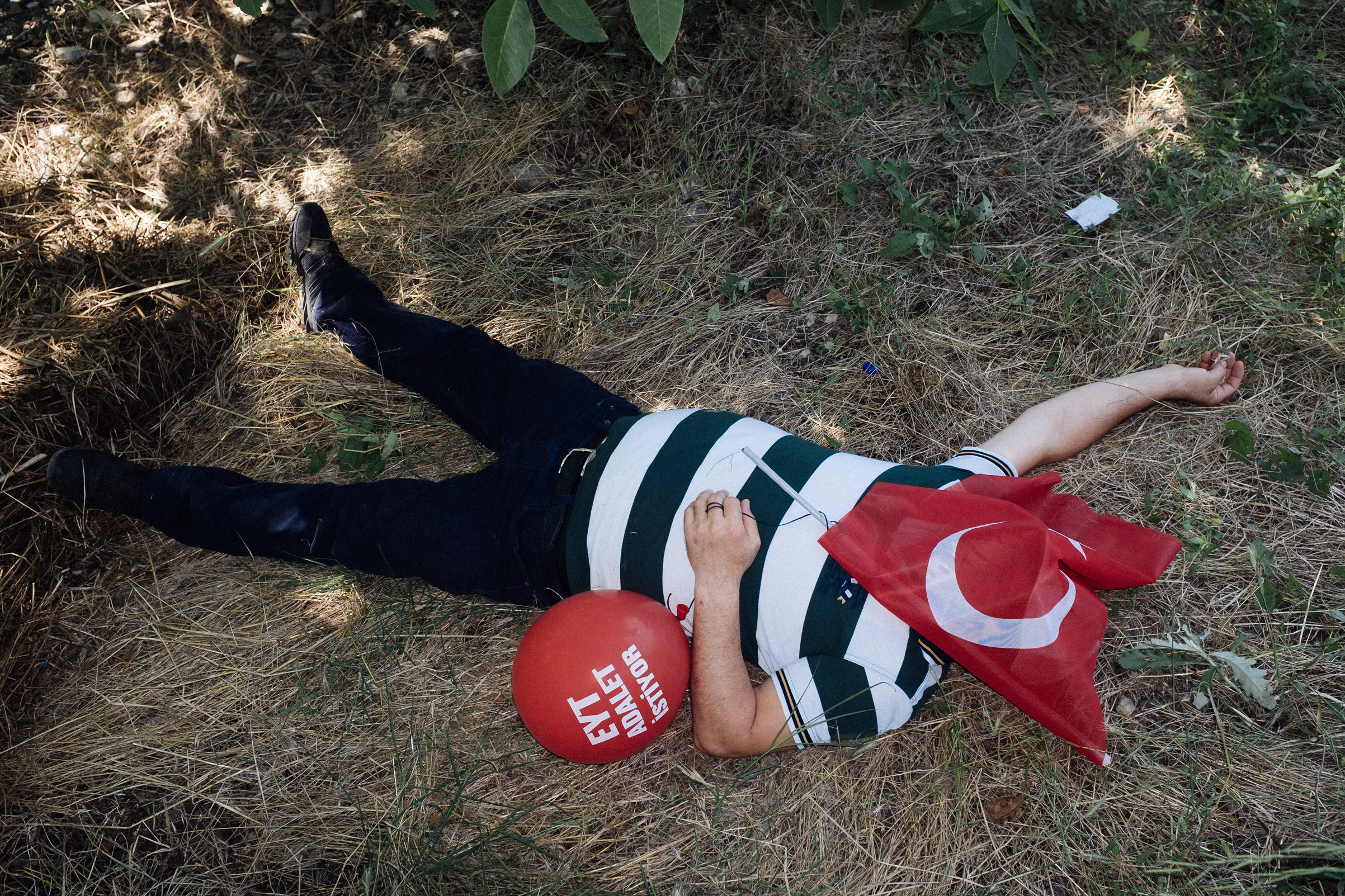 A man sleeps covering his face with a Turkish flag during a break in the Justice March, led by main opposition Republican People's Party (CHP) leader Kemal Kilicdaroglu, July 2, 2017.