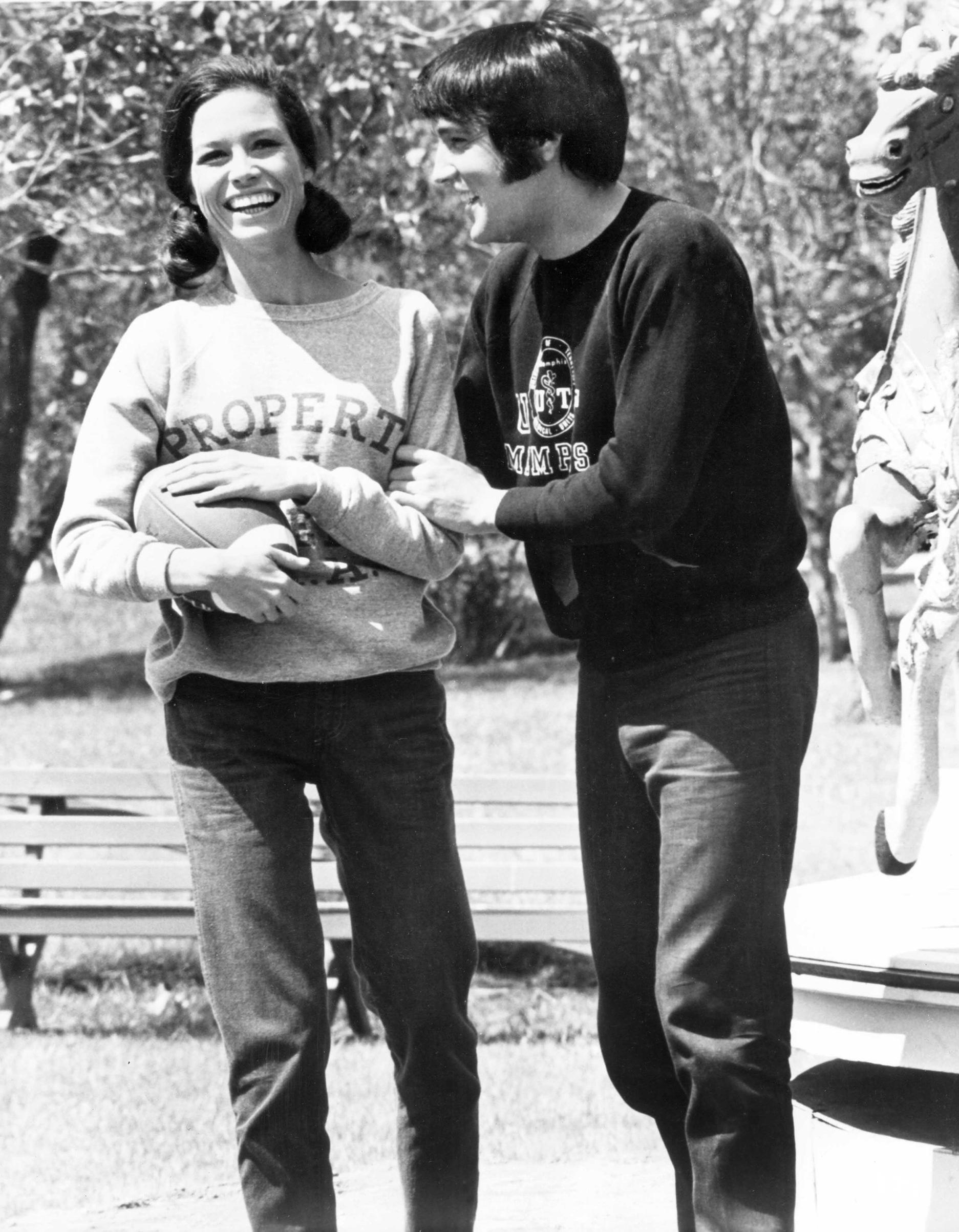 Change of Habit : 1969, Elvis and Mary Tyler Moore relax between scenes.