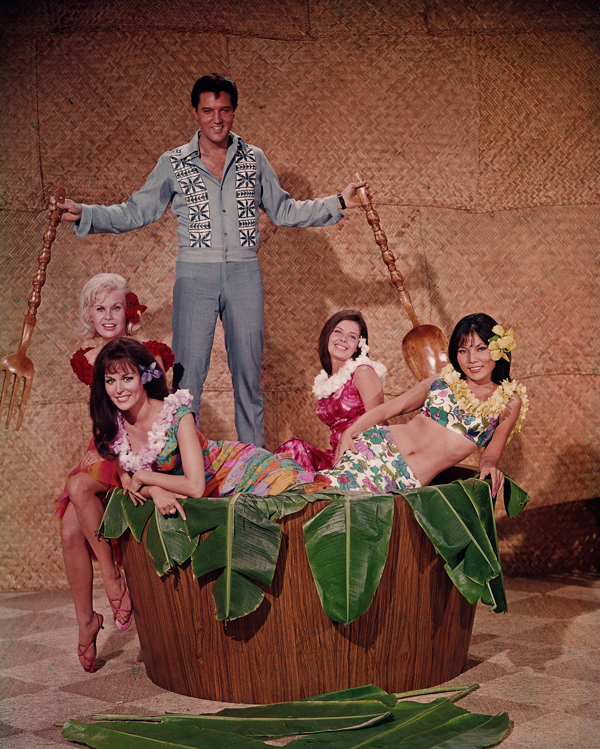 Paradise, Hawaiian Style : 1966, Elvis poses in a promotional picture with Suzanna Leigh (blonde).