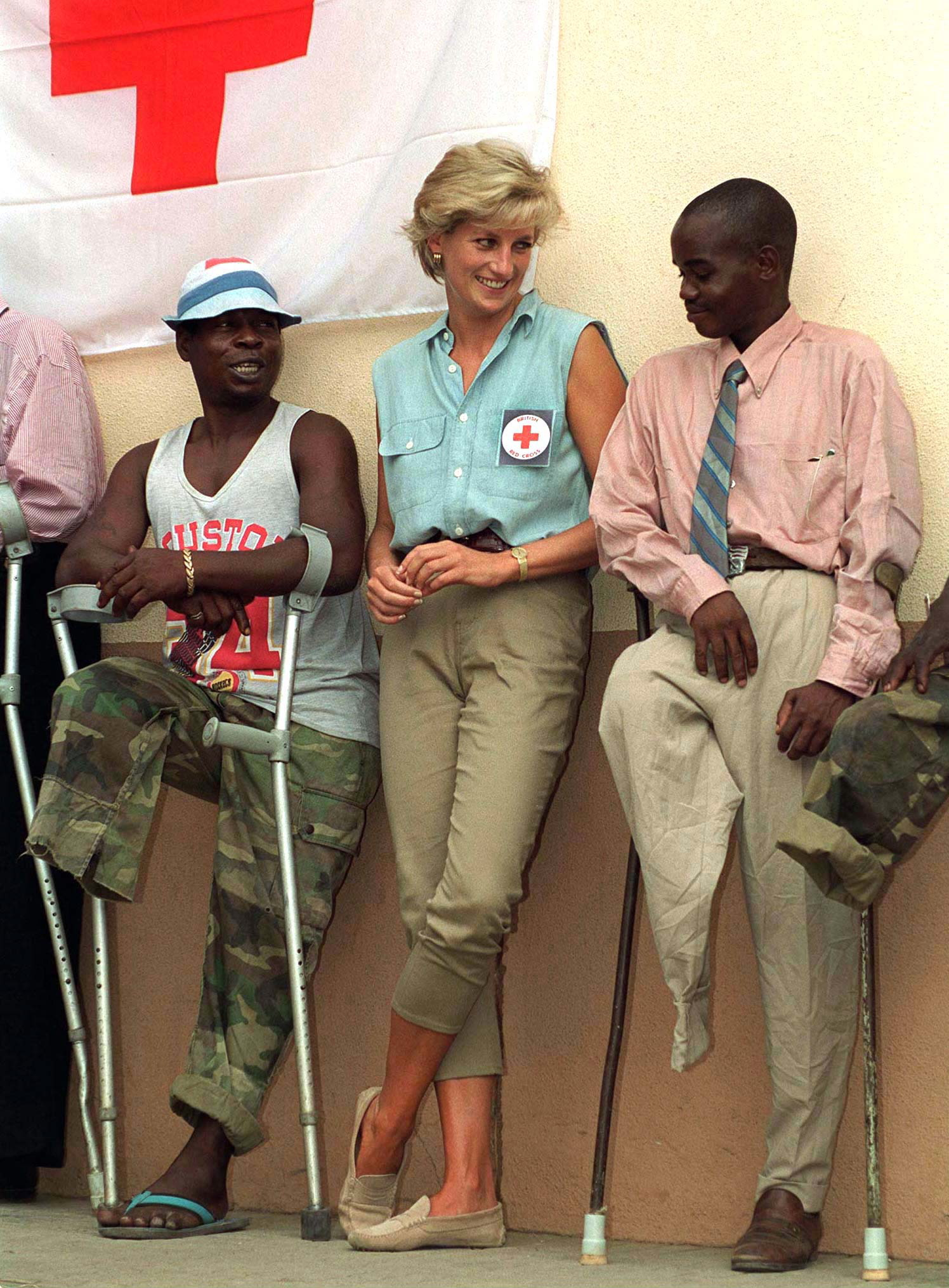 For a trip to Angola doing aid work in 1997, Diana dressed practically in a sleeveless chambray button-down and a pair of khaki pants.