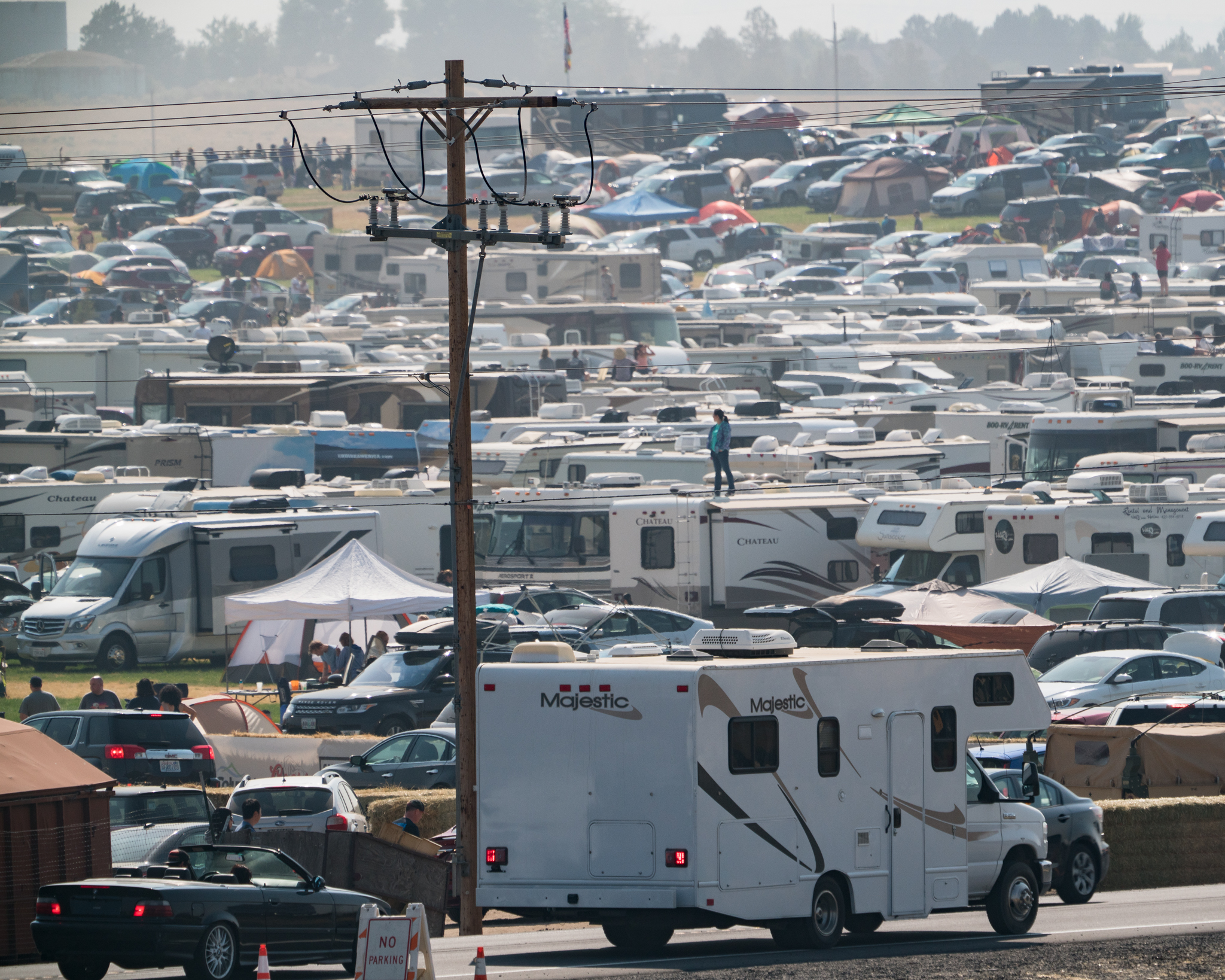 Spectators RVs and cars at the Oregon Solarfest in Madras, Oregon.