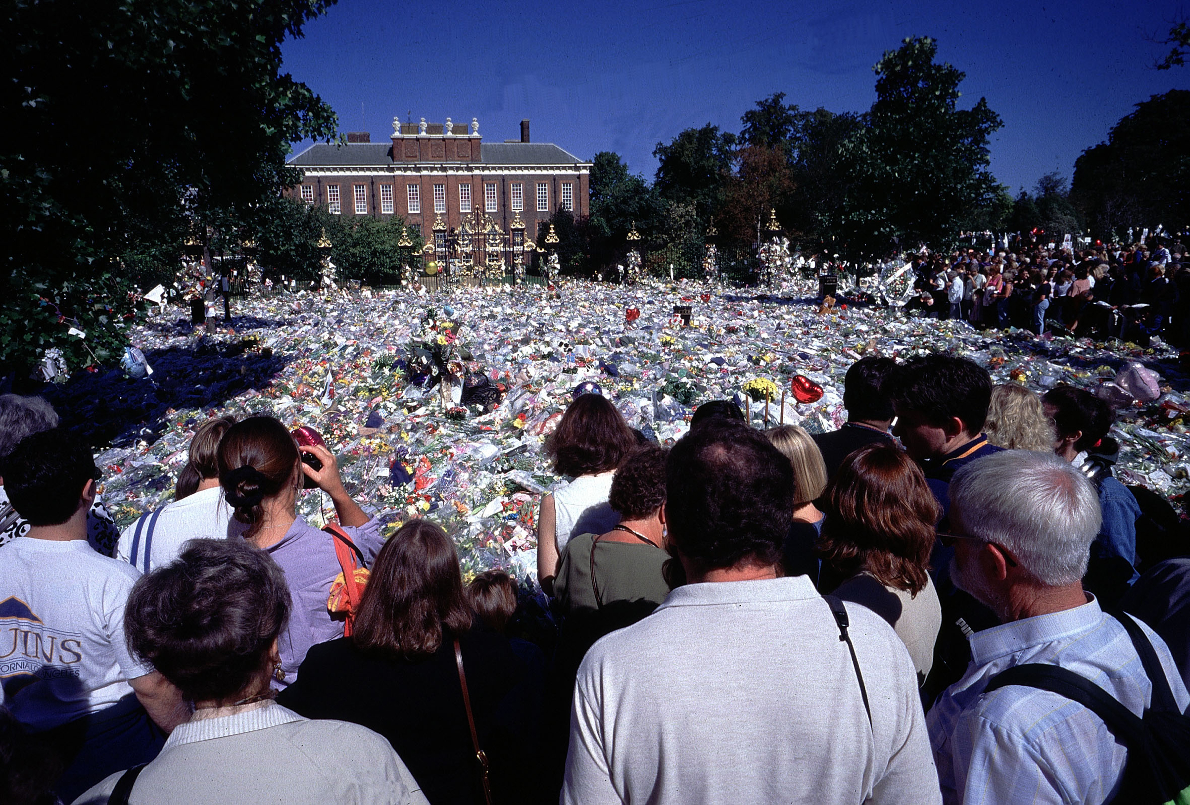 Kensington Palace mourners after the death of Diana, Princess of Wales. Jeff Overs—BBC/Getty Images