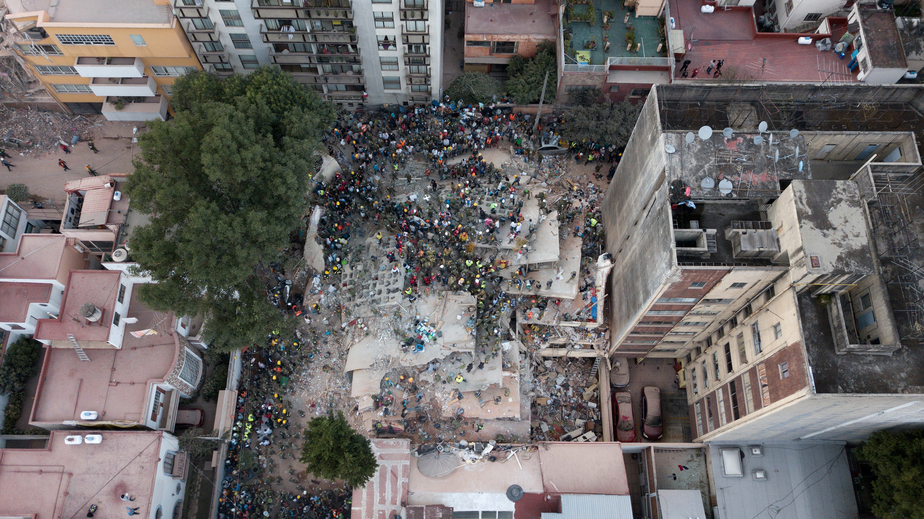 Rescue workers and volunteers search for survivors on a collapsed building the Del Valle neighborhood in Mexico City on Sept. 19, 2017.