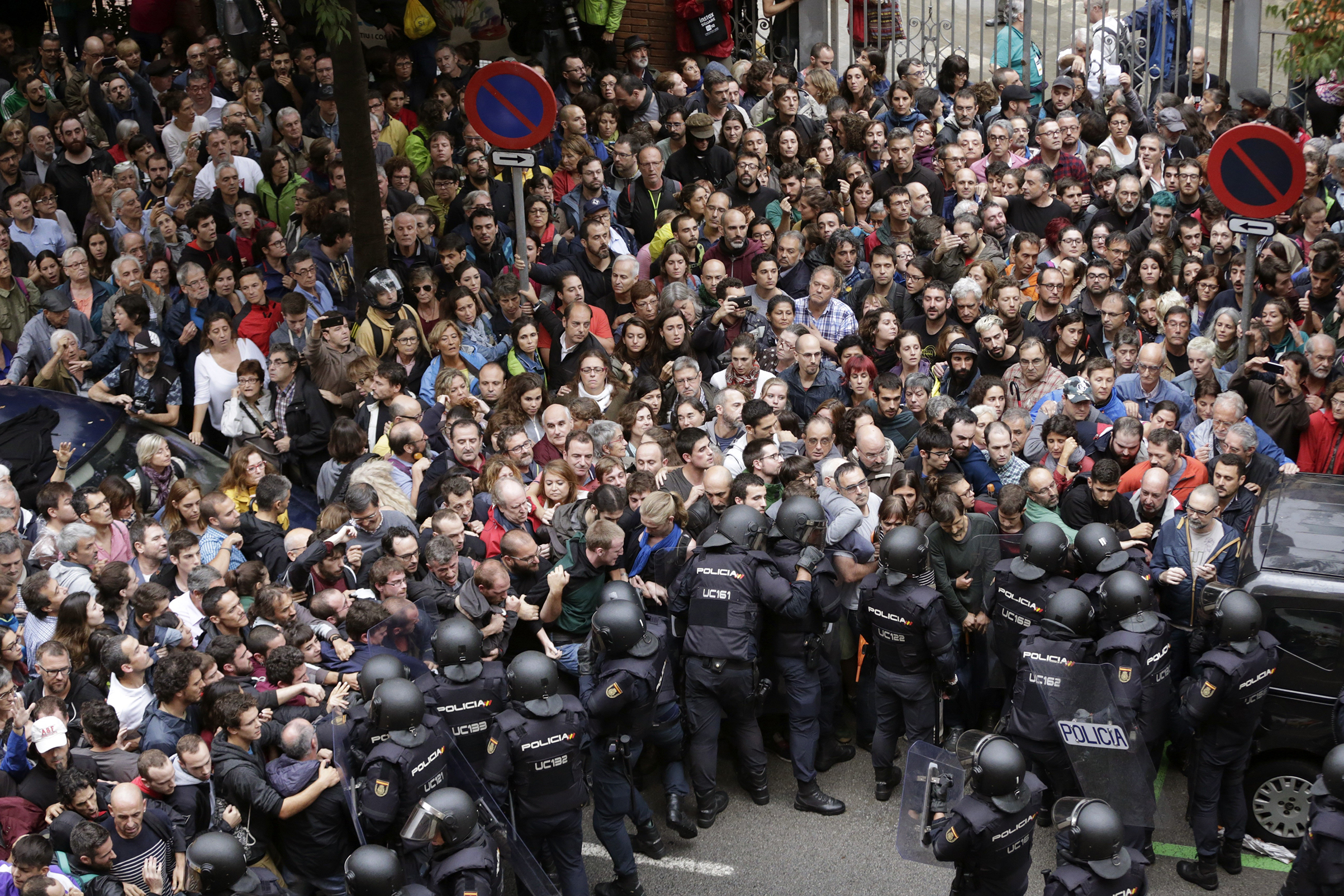 Spanish riot police form a security cordon around the Ramon Llull school during the Catalan independence referendum in Barcelona on Oct. 1, 2017.