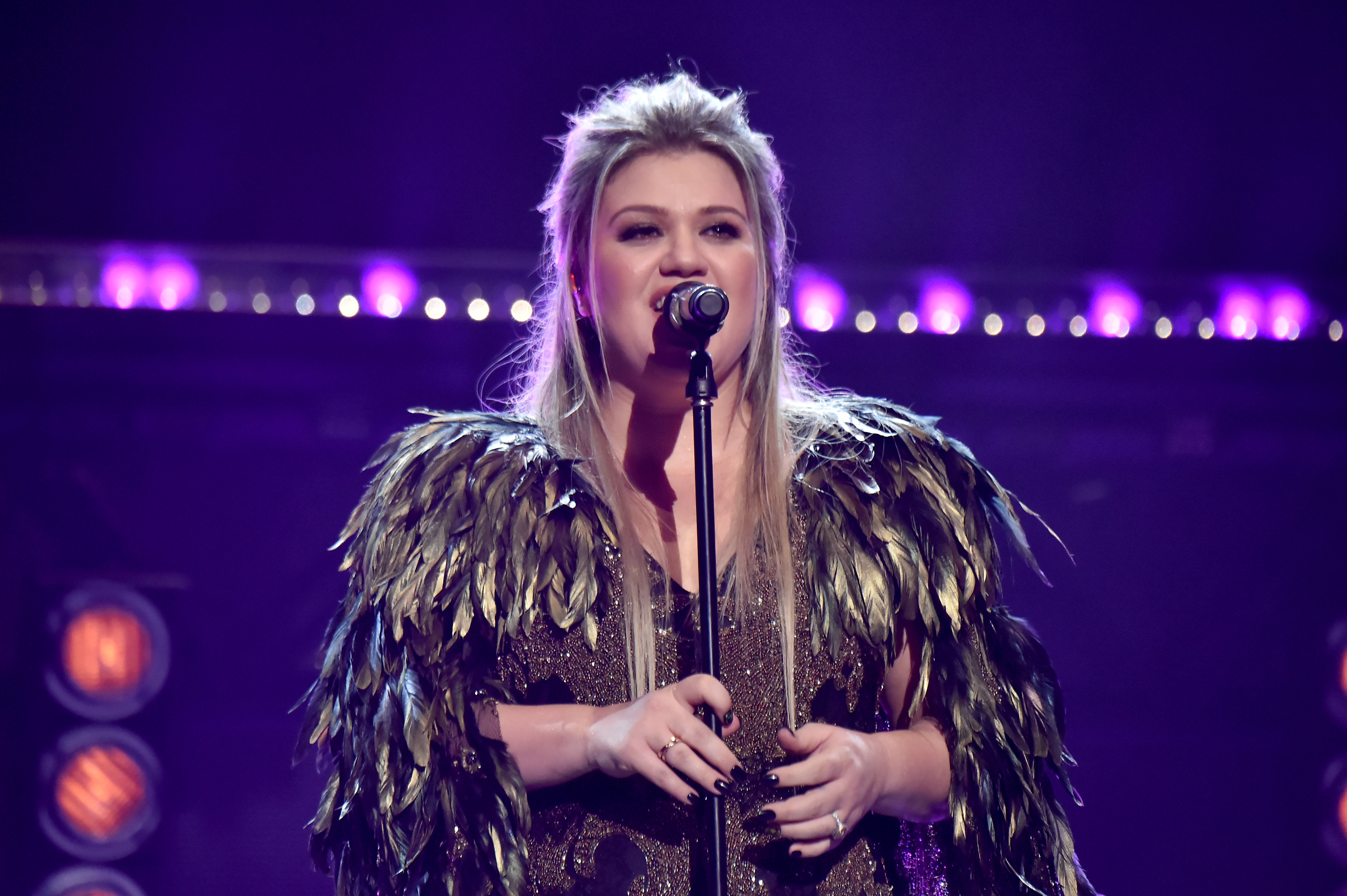 LOS ANGELES, CA - NOVEMBER 19:  Kelly Clarkson onstage during the 2017 American Music Awards at Microsoft Theater on November 19, 2017 in Los Angeles, California.  (Photo by Jeff Kravitz/AMA2017/FilmMagic for dcp)