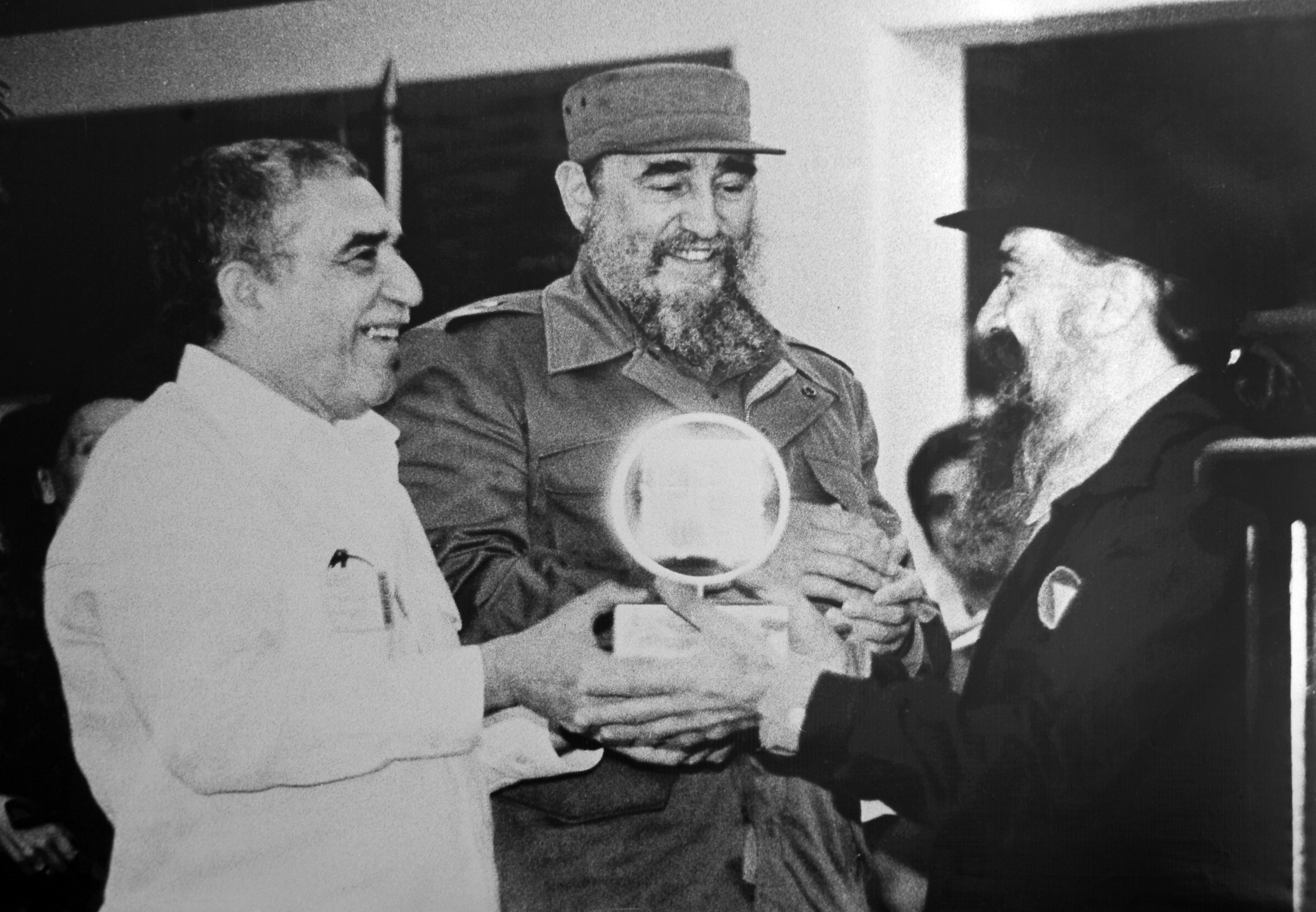 Former Cuban President Fidel Castro (C), Gabriel Garcia Marquez (L) and movie director Fernando Birri (R) in San Antonio de los Banos, Havana on Dec. 15, 1986.
