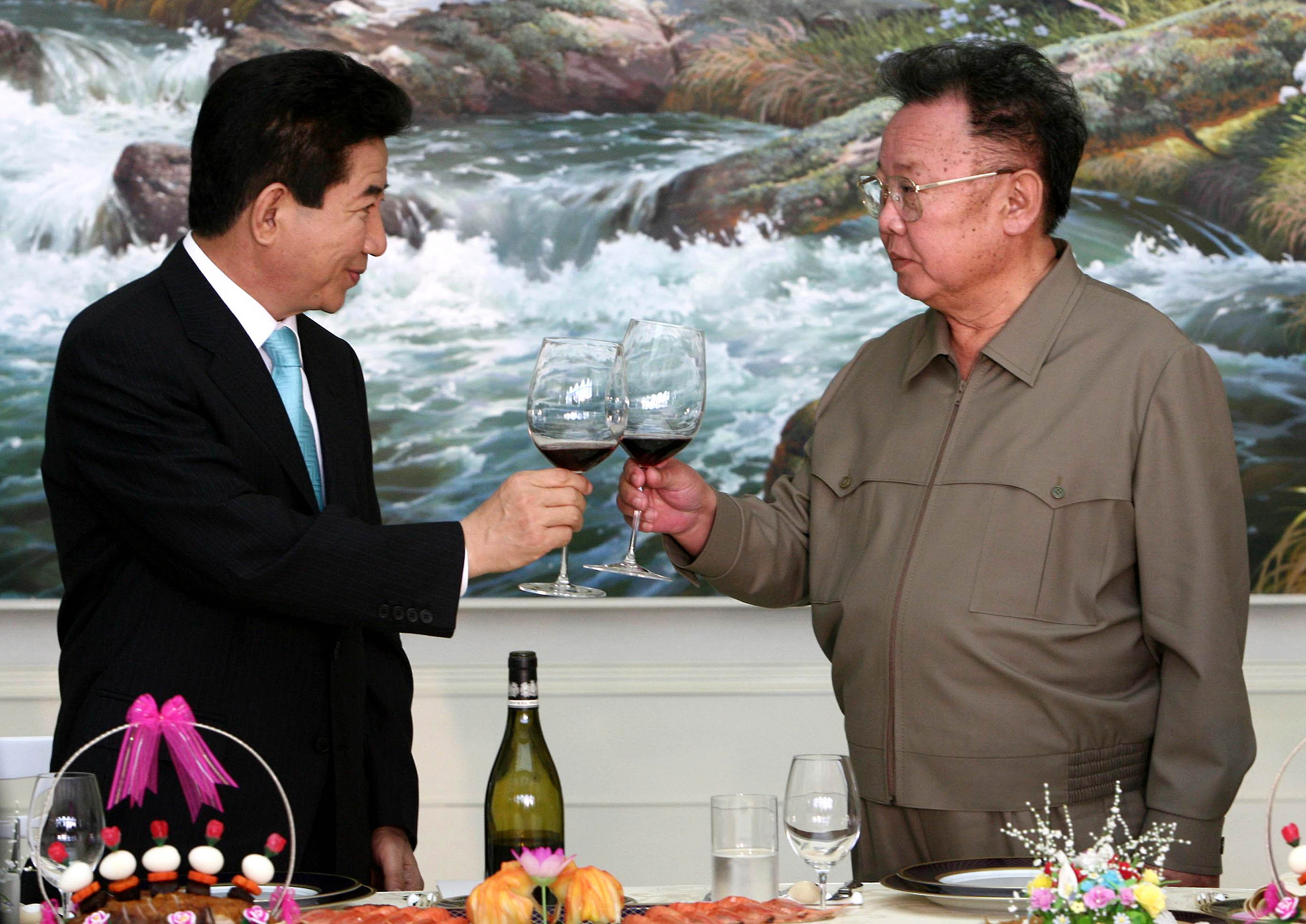 North Korean Leader Kim Jong-Il and South Korean President Roh Moo-Hyun (L) toast during a luncheon hosted by Kim for the inter-Korea Summit in Pyongyang, North Korea,on Oct. 4, 2007.