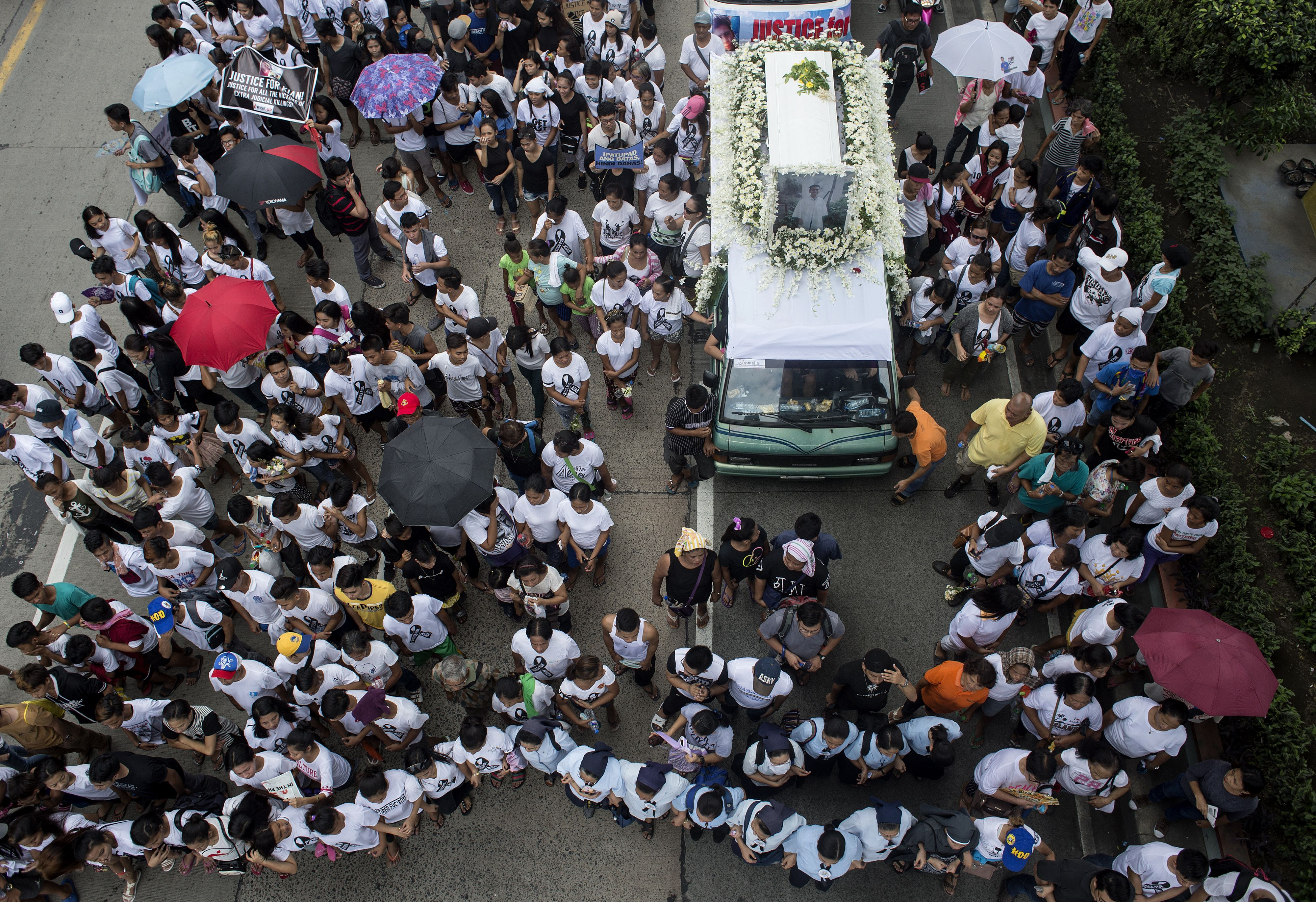 Relatives and supporters of 17-year-old student Kian Loyd Delos Santos, who was allegedly killed by police, participate in his funeral march in Manila on Aug. 26, 2017.