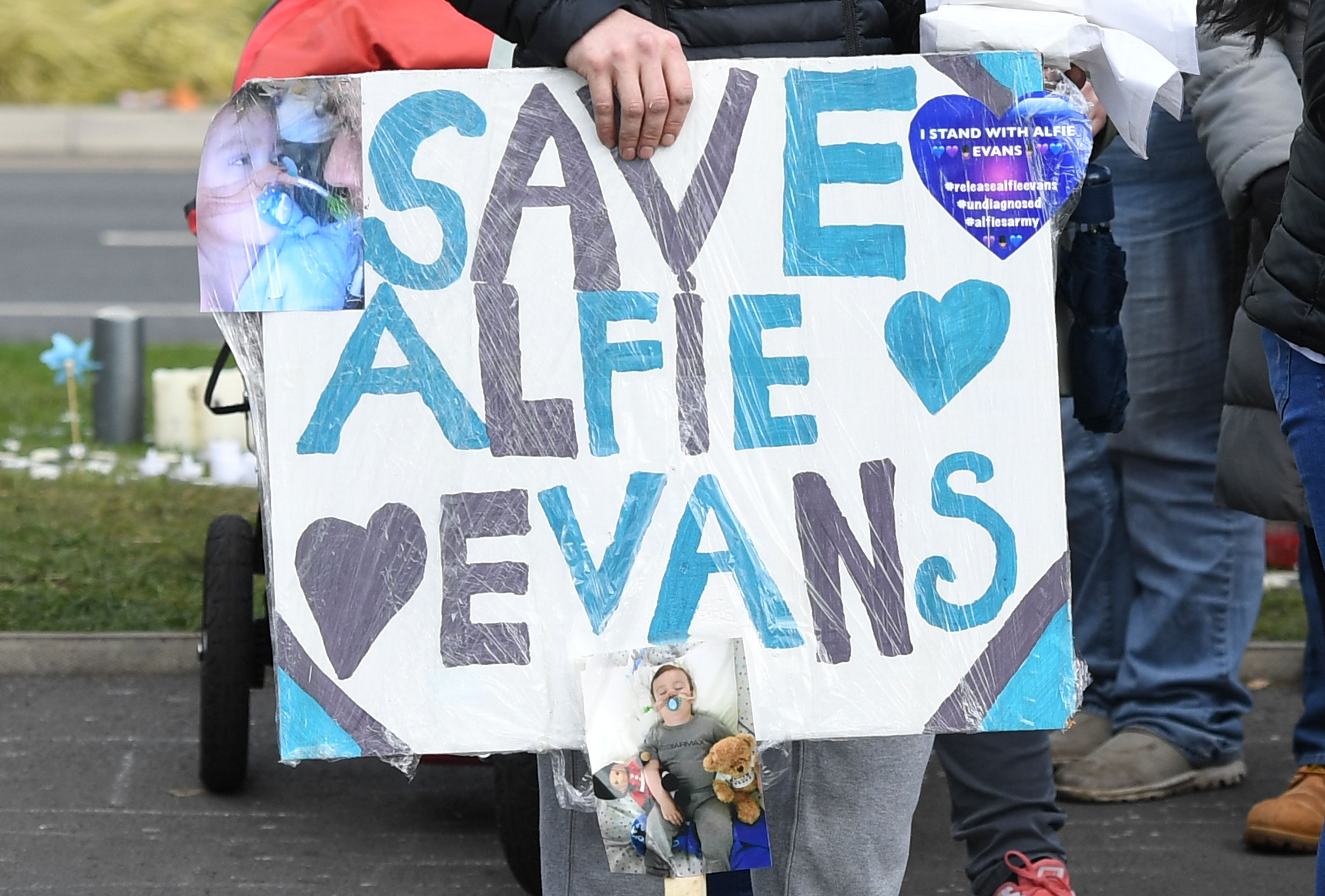 Supporters of seriously ill British toddler Alfie Evans demonstrate outside Alder Hey Children's Hospital in Liverpool, England, on April 16, 2018 as Court of Appeal