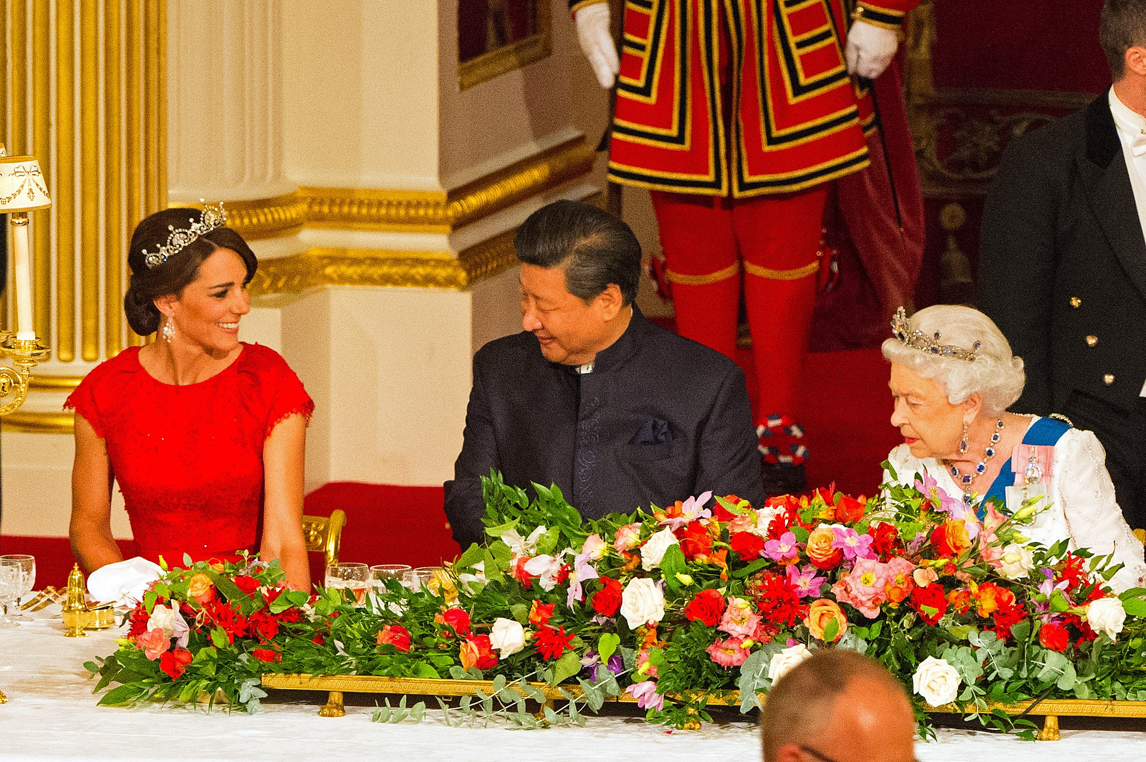 Chinese President Xi Jinping (C) sits between Britain's Catherine, Duchess of Cambridge, (L) and Britain's Queen Elizabeth II during State Banquet at Buckingham Palace in London, on October 20, 2015, on the first official day of Xi's state visit.