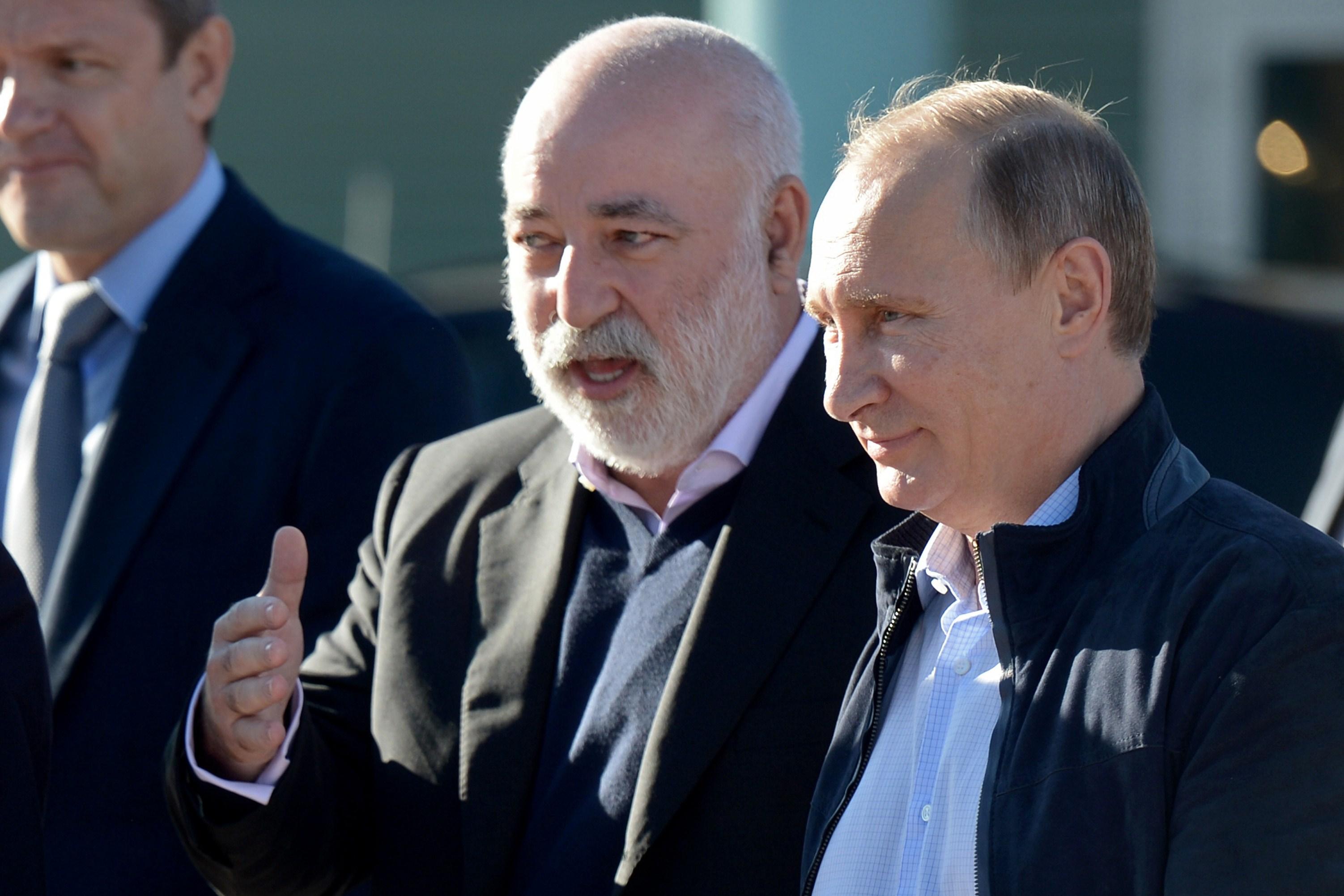 Russian President Vladimir Putin (R) speaks with Skolkovo Foundation President Viktor Vekselberg in 2014. (Getty)