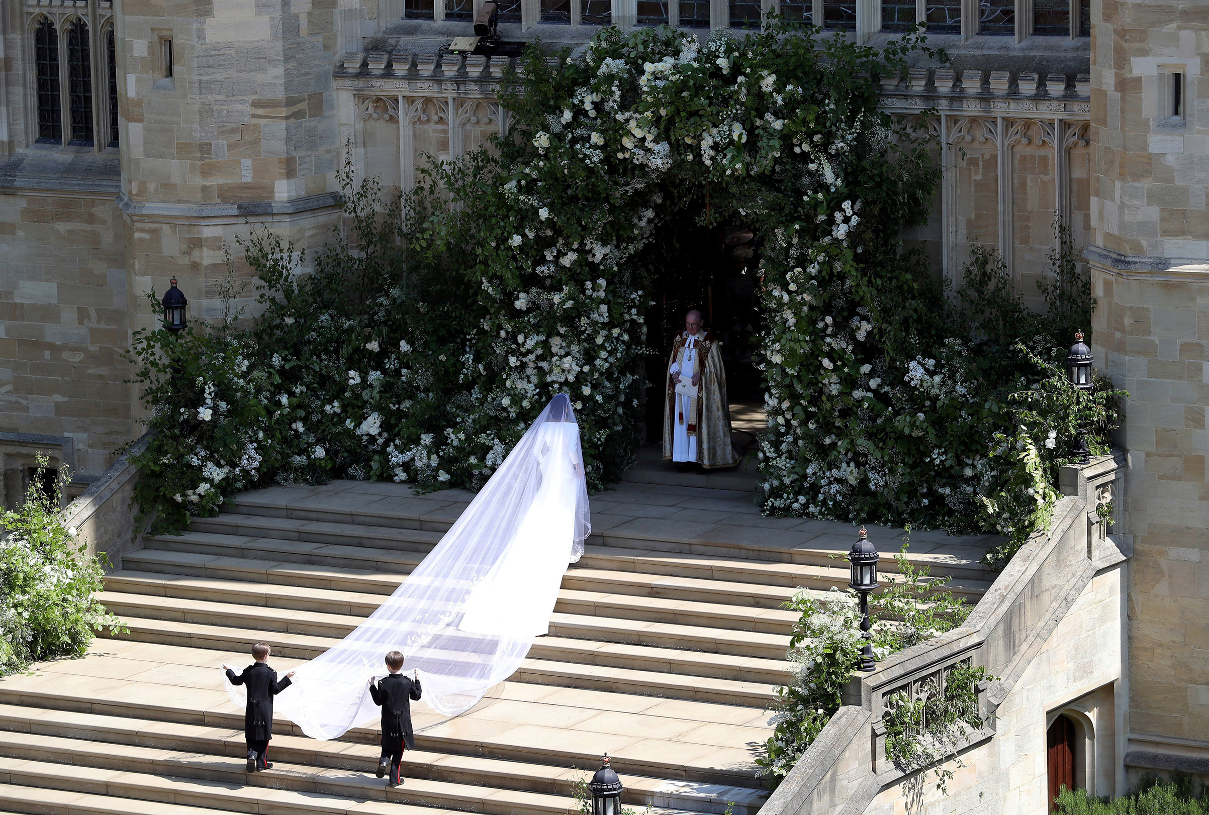 The bride arrives to St George's Chapel.