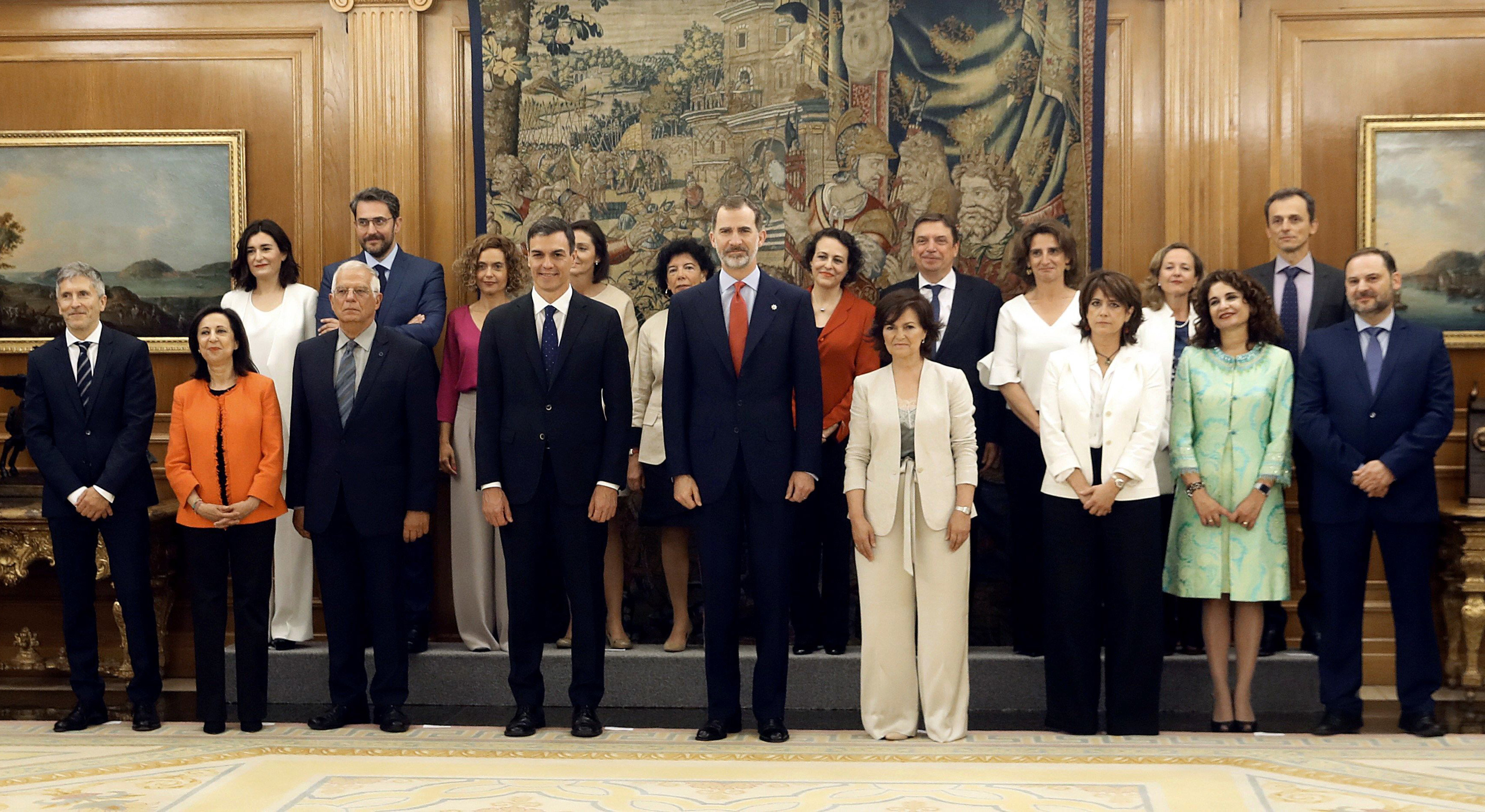 The new Spanish government's ministers pose with Spanish Prime Minister Pedro Sanchez (7L) and King Felipe VI (C) after taking oath of office at La Zarzuela palace in Madrid on June 7, 2018.