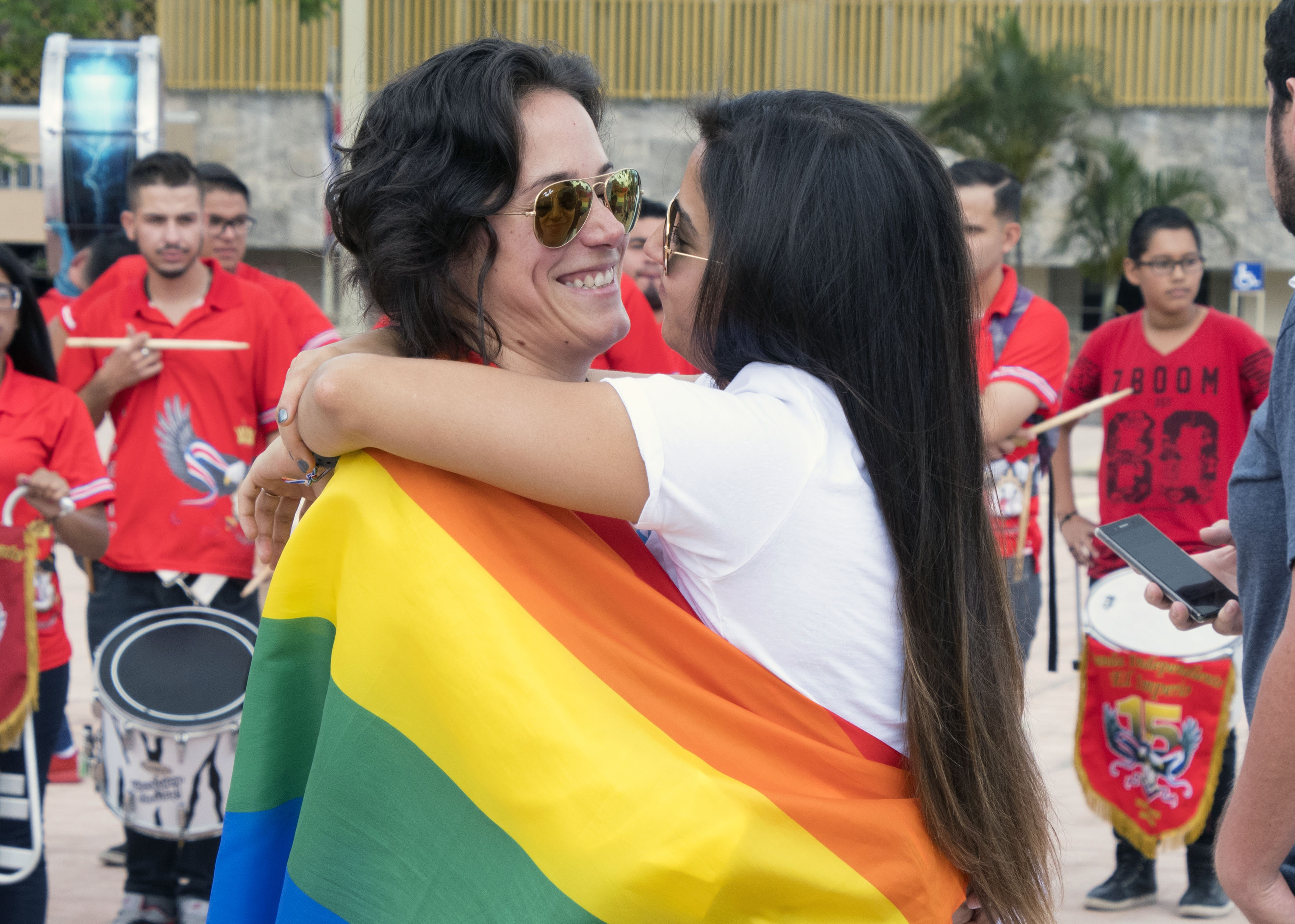 A couple during a demonstration in front of the Supreme Court of Justice in San Jose, on Aug. 4, 2018 to demand the legalization of same-sex marriage.