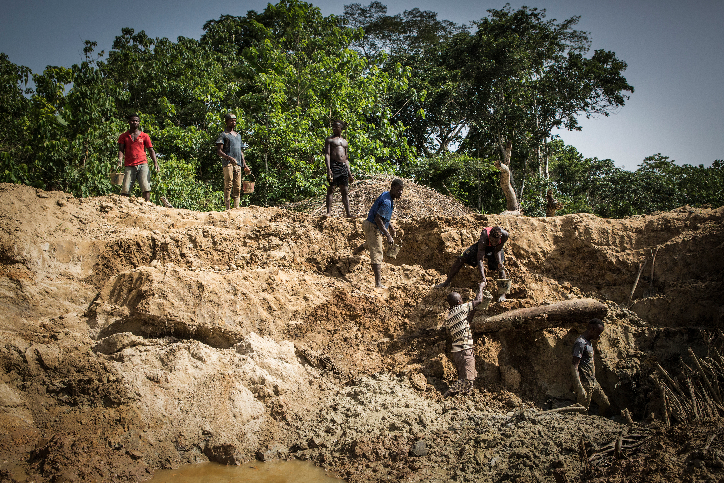 Miners extract gravel at a diamond mine in Koryardu, Sierra Leone, where the 709-carat diamond was found in 2017.