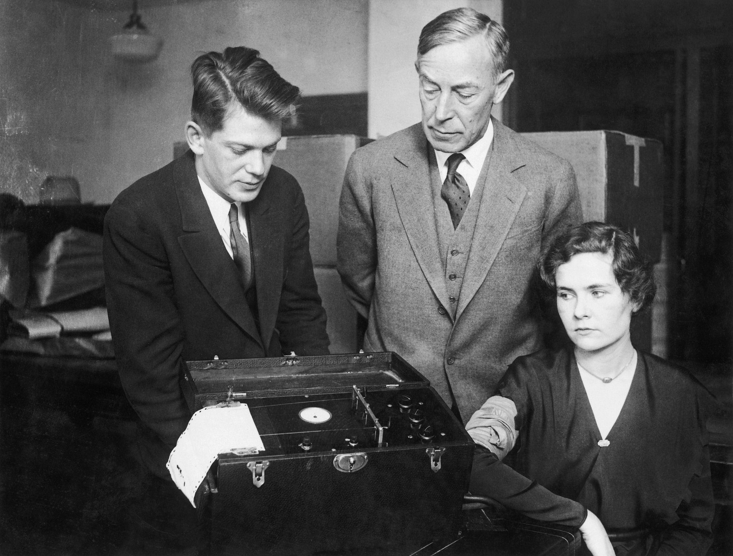 Leonarde Keeler (left) testing his polygraph machine on Marjorie Creighton in presence of August Vollmer during a trial in Chicago in 1932.