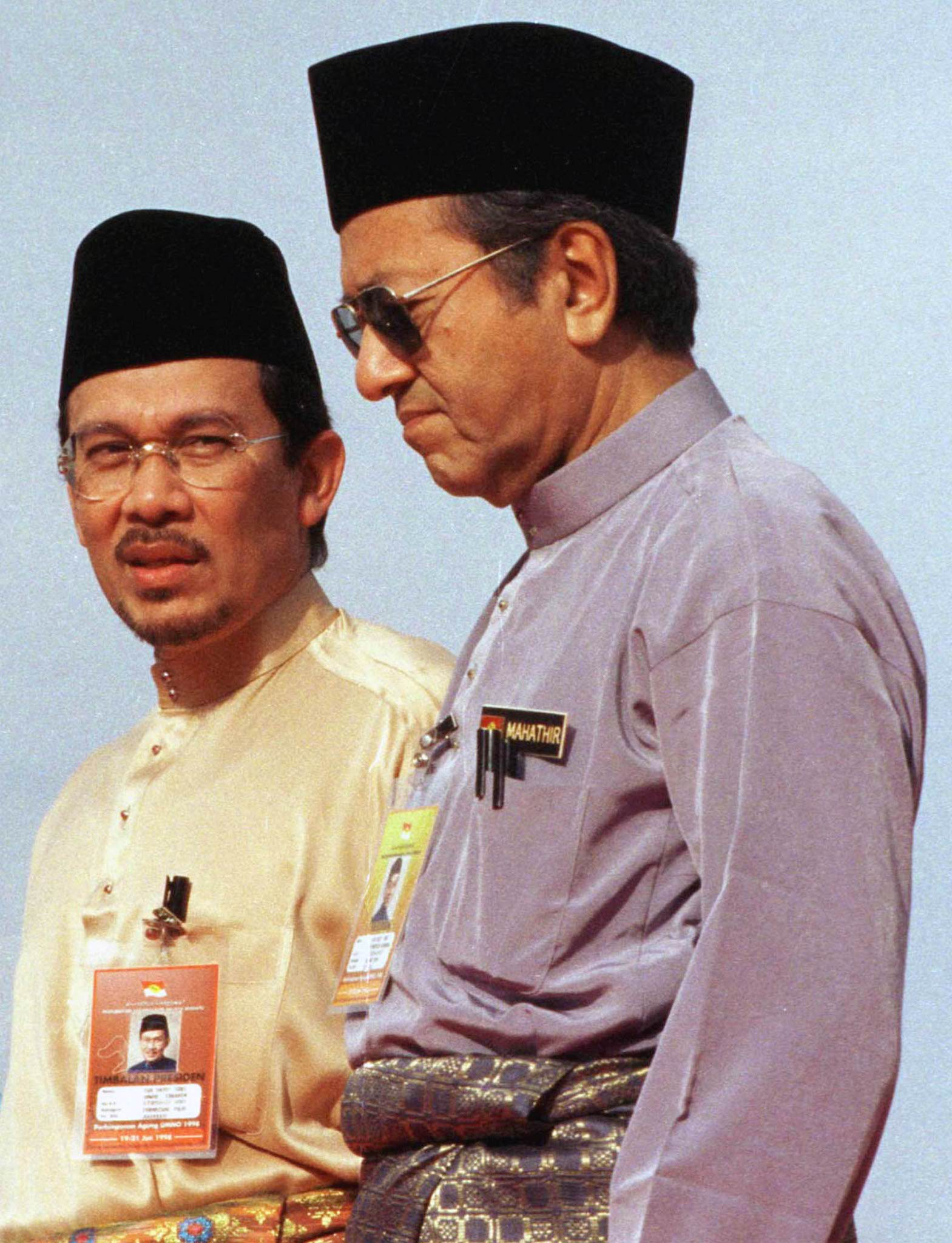 Malaysian Deputy Prime Minister Anwar Ibrahim (L) walks with Prime Minister Mahathir Mohamad in Kuala Lumpur on June 19, 1998.