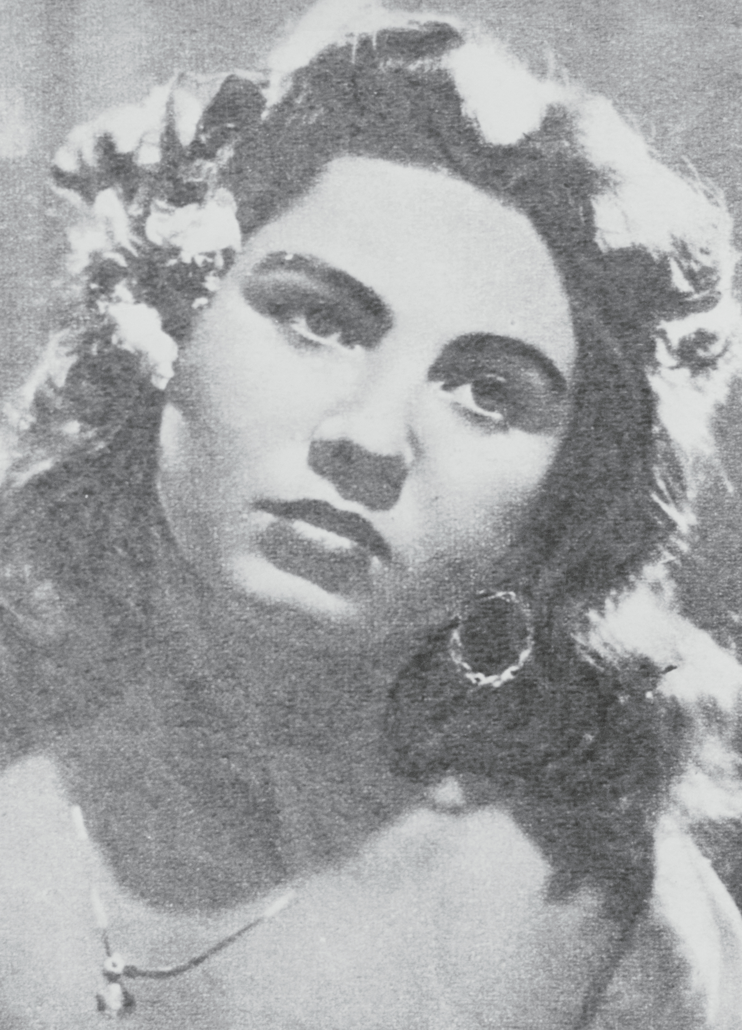 Wife of a camorristi, Assunta Maresca went on trial in 1959 for  cutting down Antonio Esposito, whom she believed responsible of the death of her husband, Pasquale Simonetti, killed  on mandate  by one of Esposito's gang men.