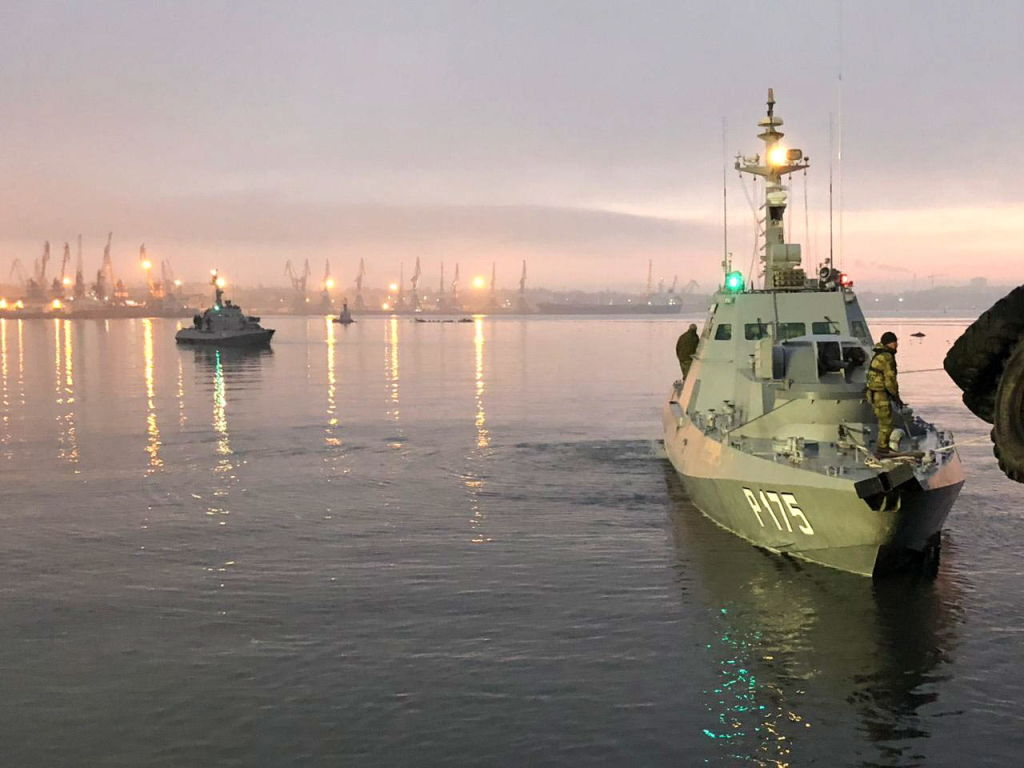 The Nikopol and the Berdyansk gunboats of the Ukrainian Navy tugged to the Kerch Seaport.