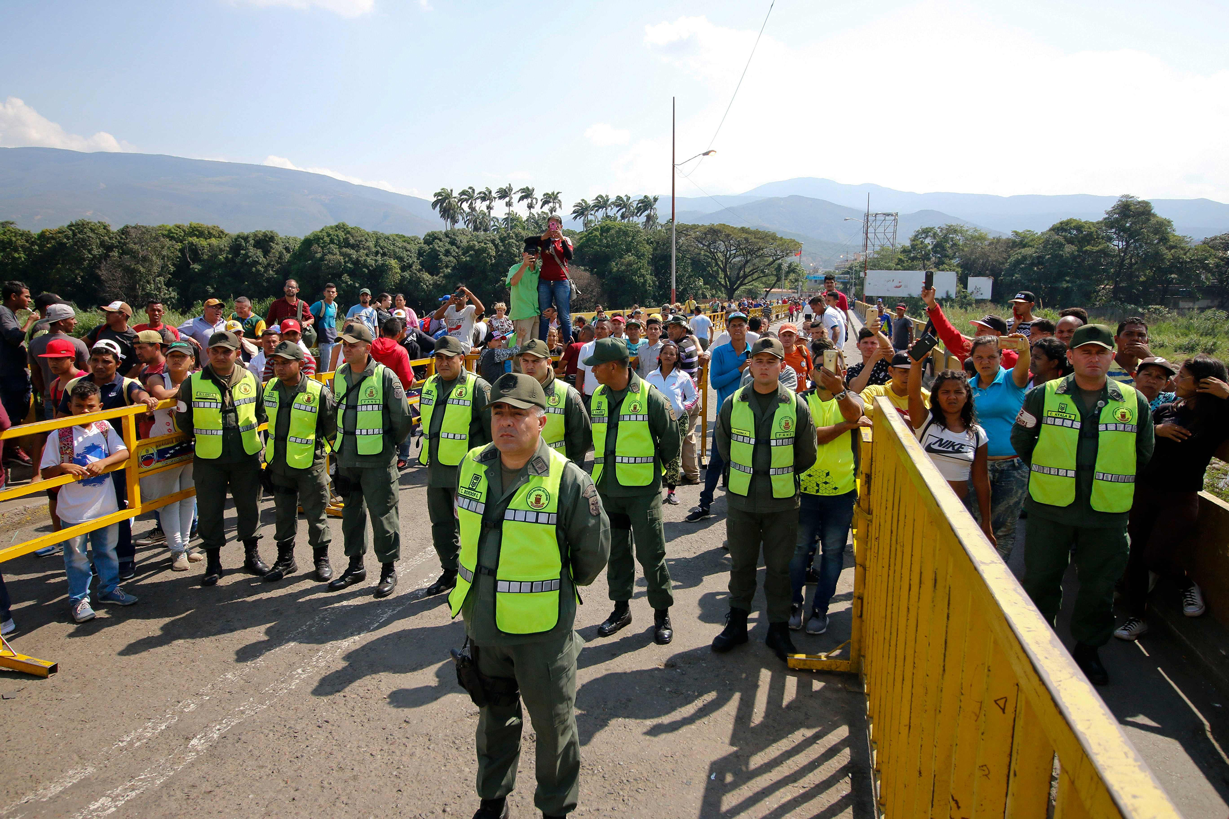 Venezuelan police block the Simon Bolivar International Bridge as Venezuelans coming from the Colombian border city of Cúcuta take part in a protest against Nicolas Maduro on January 23, 2019.
