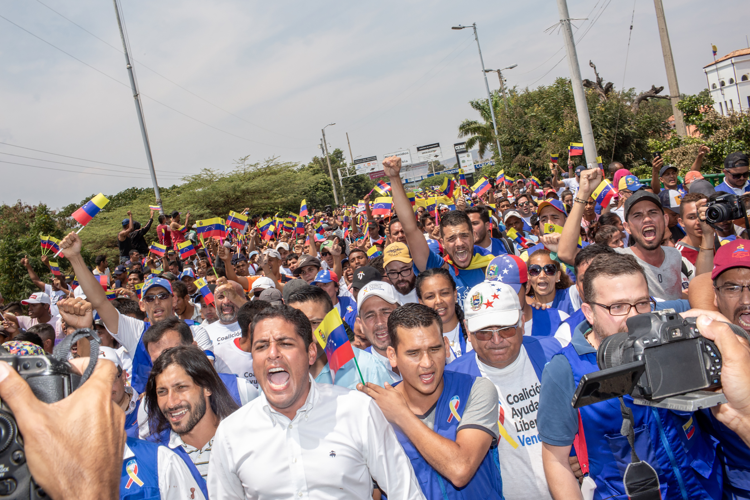 Opposition leaders with volunteers march toward the Venezuelan side of the Simón Bolívar International Bridge, demanding that they be allowed to pass.