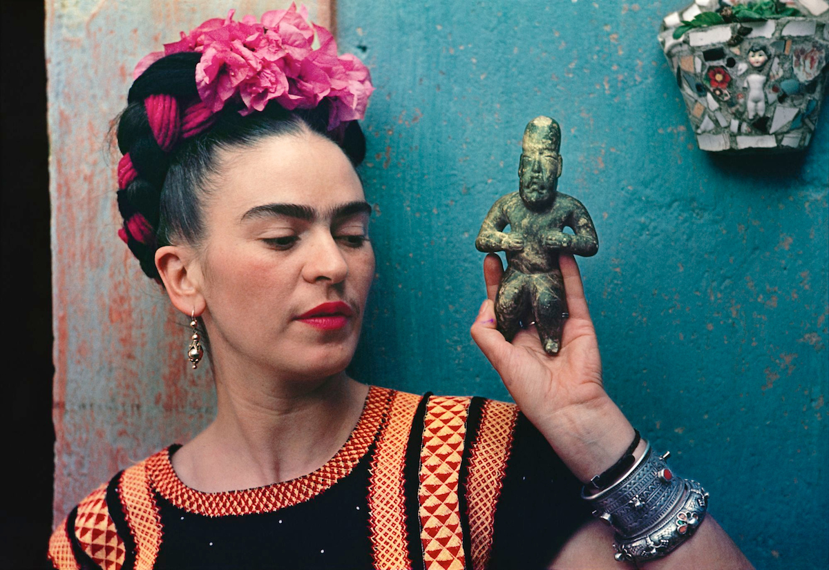 Frida with Olmec figurine, by Nickolas Muray, 1939, Coyoacán, Mexico