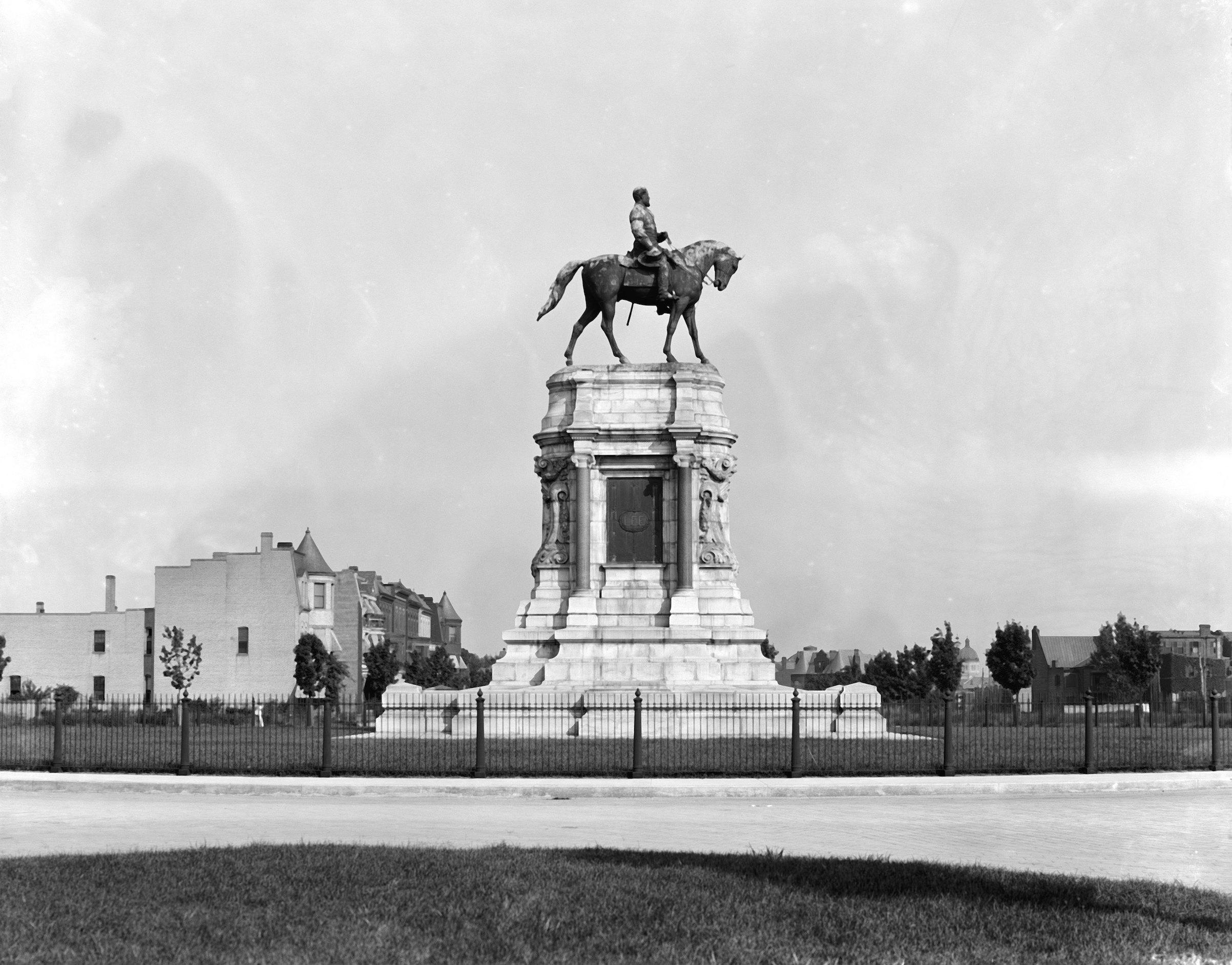 Equestrian statue of Robert E. Lee in Richmond in 1905.