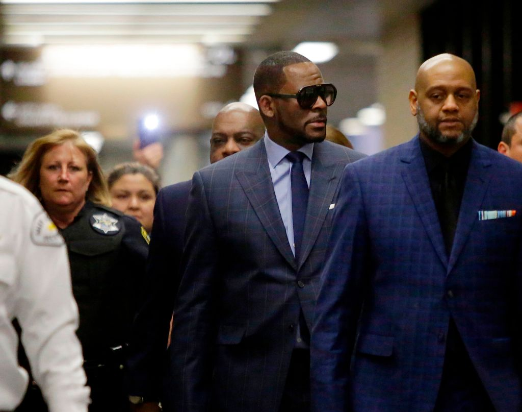 Music artist R. Kelly (center) arrives at the Circuit Court of Cook County, Domestic Relations Division on March 6, 2019 in Chicago, Illinois.