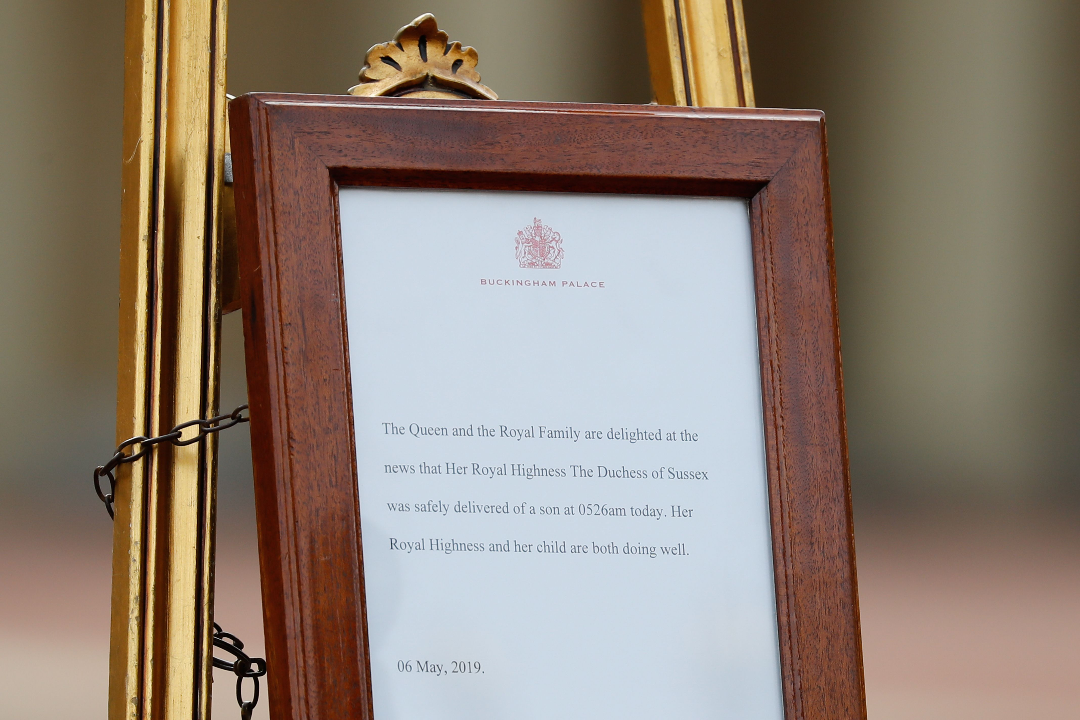 A picture shows an official notice set up on an easel at the gates of Buckingham Palace in London on May 6, 2019 announcing the birth of a son to Britain's Prince Harry, Duke of Sussex and Meghan, Duchess of Sussex.