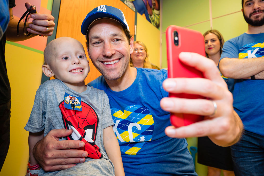 Paul Rudd entertains a patient at Children's Mercy Hospital during the Big Slick Celebrity Weekend benefiting Children's Mercy Hospital of Kansas City on June 07, 2019 in Kansas City, Missouri.